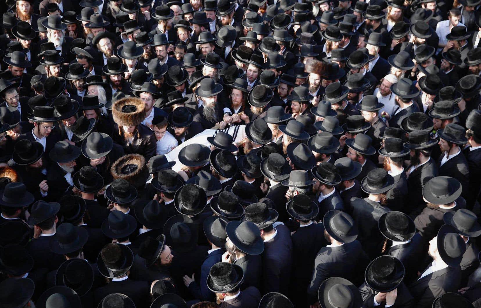 Répondant à l'appel d'un ministre israélien, des centaines de personnes se sont déplacées vendredi à Jérusalem pour assister aux funérailles du Montréalais d'origine Shraga Gestetner, dont la famille a dû rester en Amérique du Nord.