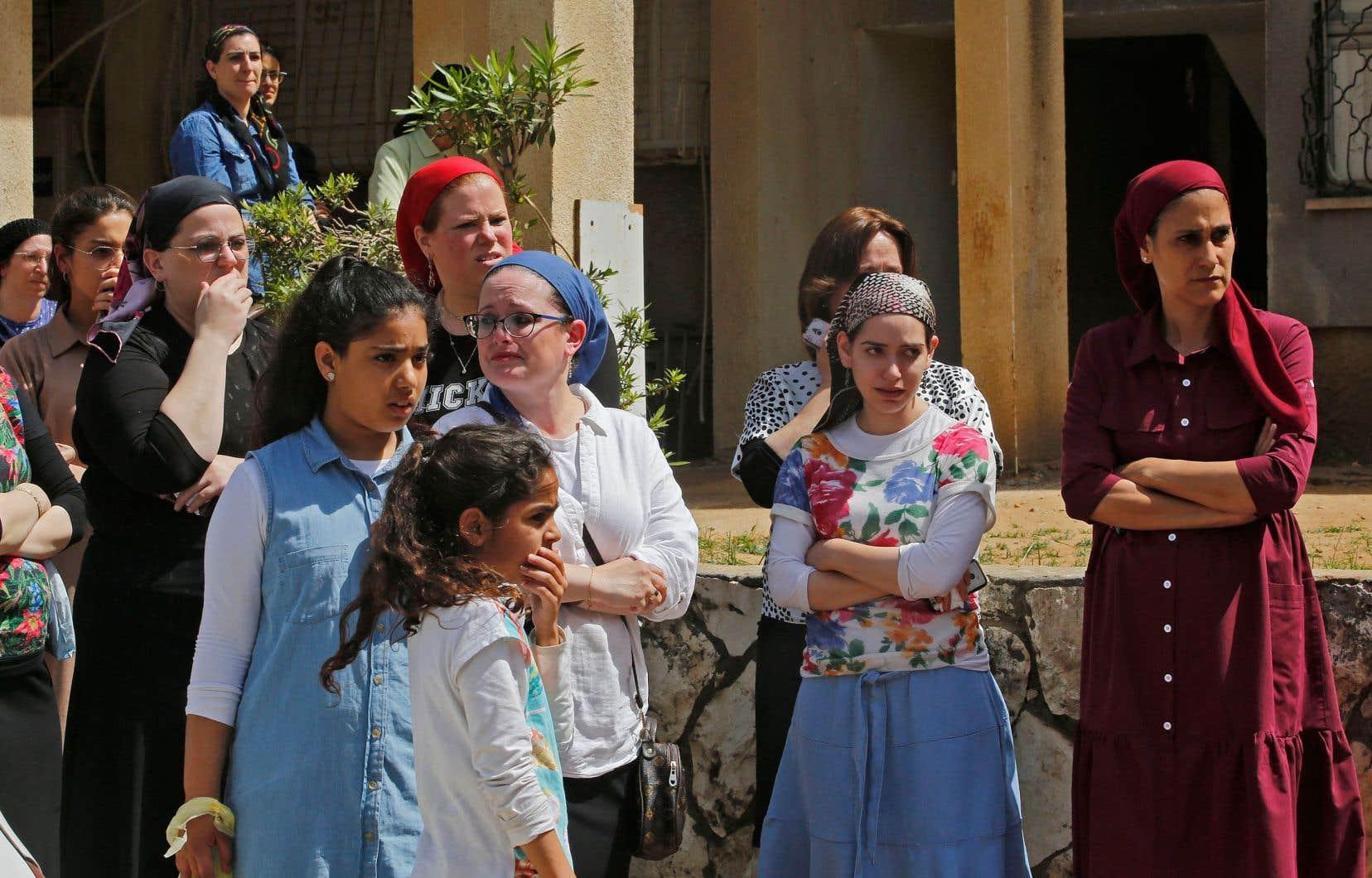 Des femmes juives ultra-orthodoxes se sont rassemblées dans un cimetière de Benei Brak pour assister aux funérailles de l'une des victimes.