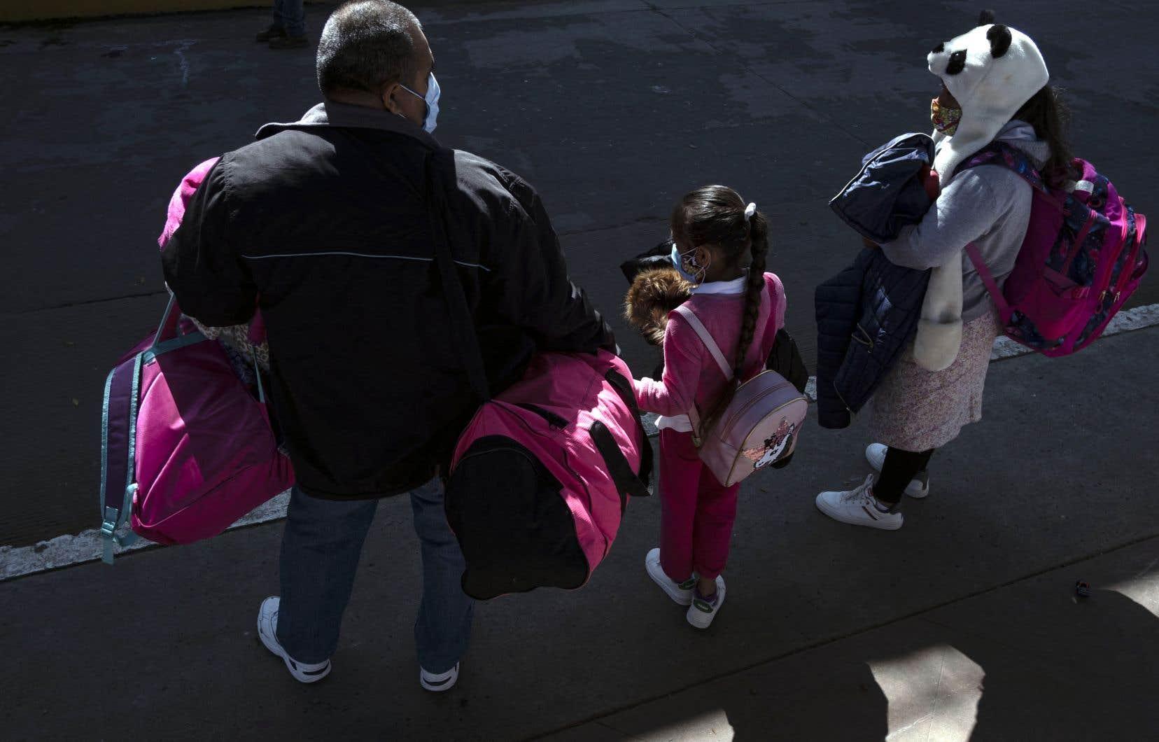 La politique du gouvernement Trump en immigration,dite de «tolérance zéro», consistait à ouvrir des poursuites pénales contre toute personne entrée illégalement à la frontière avec le Mexique. Des parents ont été placés en détention sans leurs enfants et certaines familles n'ont jamais été réunies.