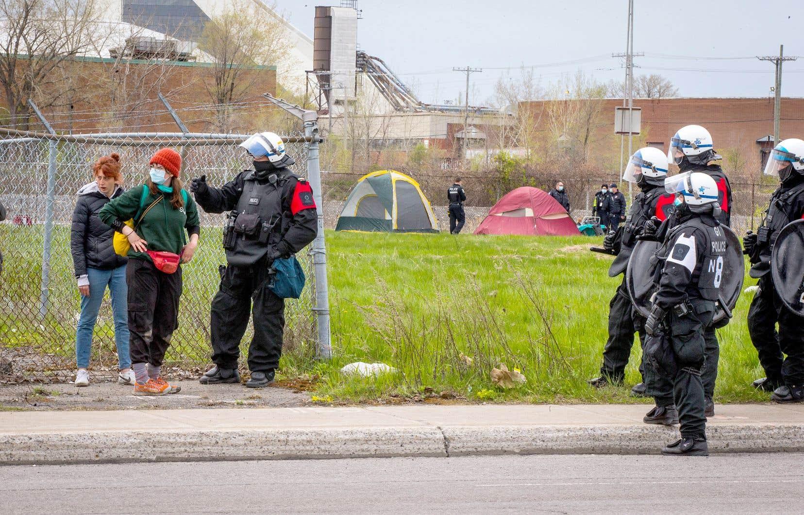 Fort nombreux, les policiers du Service de police de la Ville de Montréal sont demeurés en retrait pendant une grande partie de la journée.