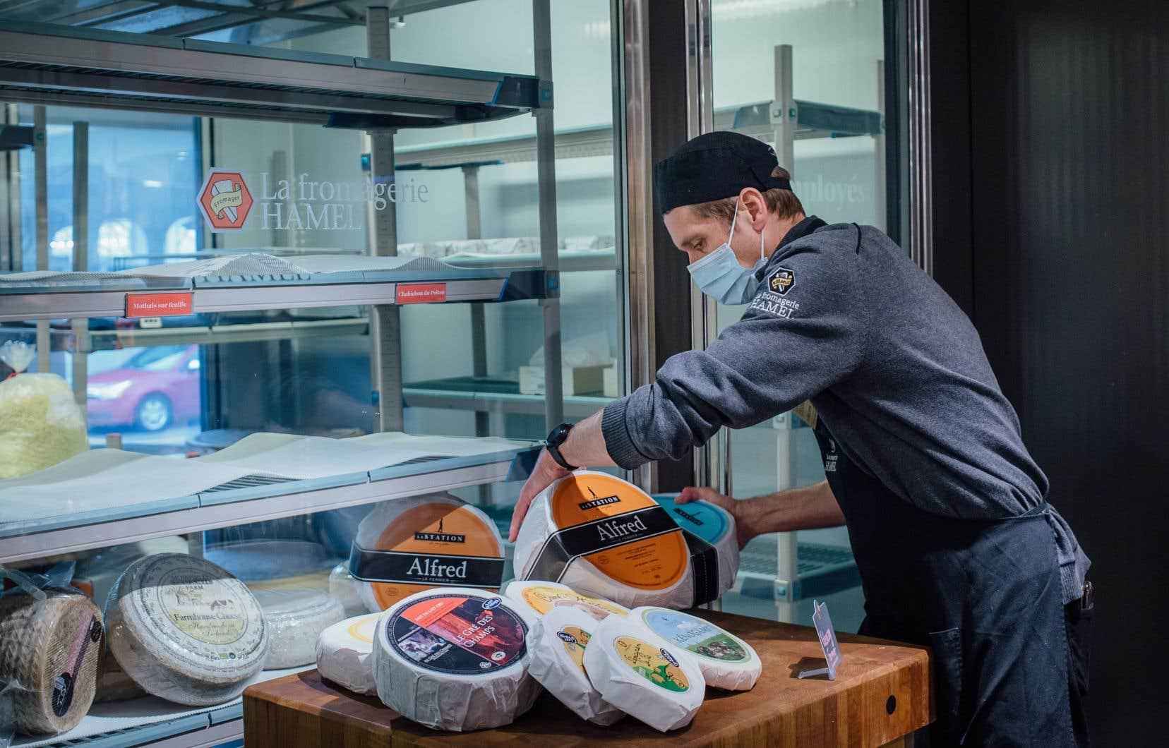 Il y a entre 30 et 40 entreprises admissibles au Québec. Sur la photo, Dominic Décarie arrange une sélection de fromages fermiers du Québec à la fromagerie Hamel du marché Jean-Talon.