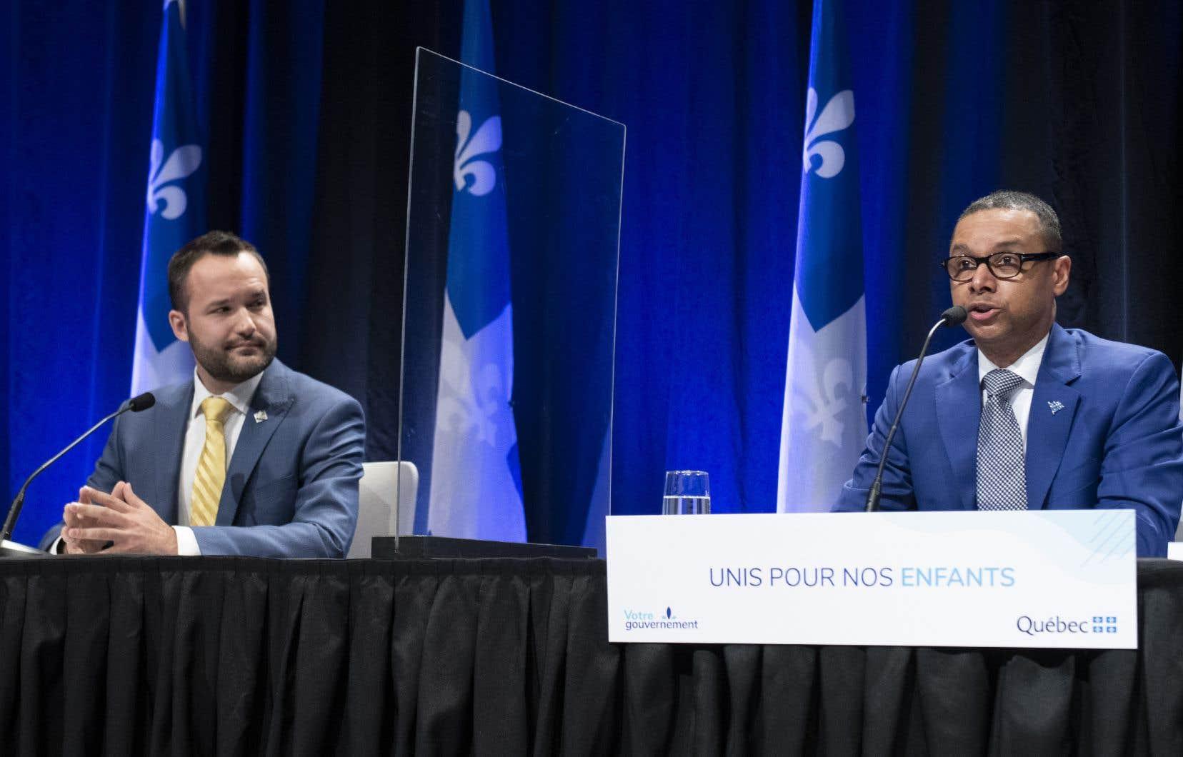 En conférence de presse, le ministre Lionel Carmant, flanqué de son collègue Mathieu Lacombe, ministre de la Famille, a indiqué qu'un comité interministériel examinera les recommandations du rapport Laurent.