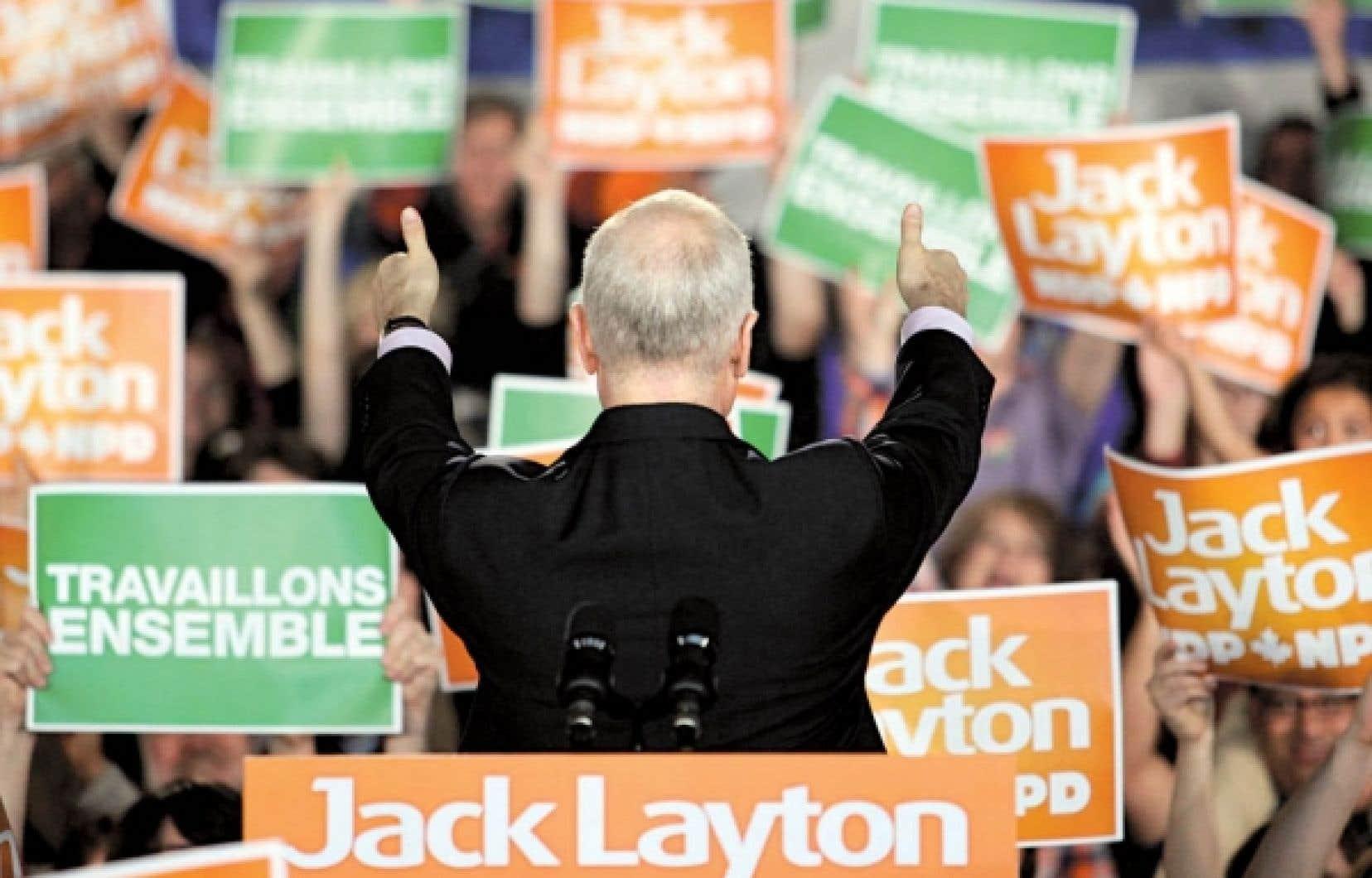 Le chef du Nouveau Parti démocratique, Jack Layton, salue ses partisans lors d'un passage à Gatineau pendant la campagne électorale. Jack Layton, un Montréalais bilingue de gauche, a pu s'attirer aisément la sympathie du public québécois.<br />