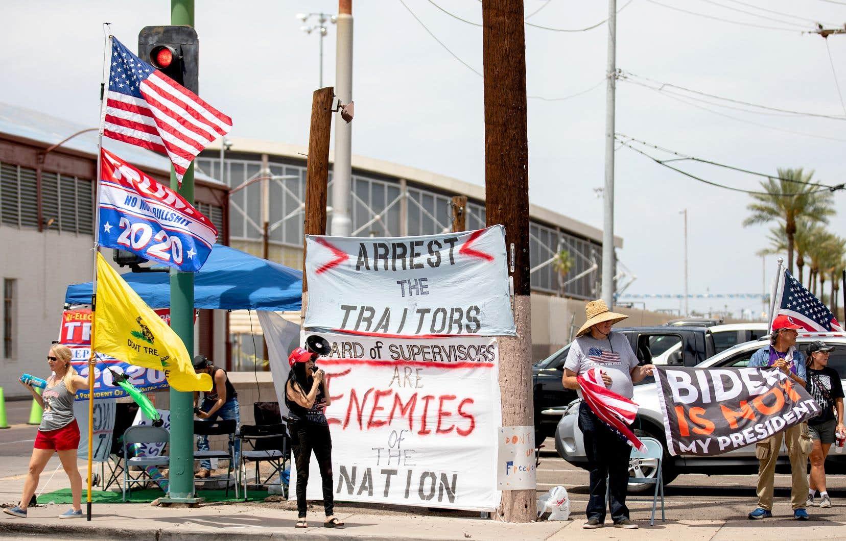 Des activistes pro-Trump manifestaient à l'extérieur du Veterans Memorial Coliseum, à Phoenix, samedi, où étaient recomptés les bulletins de vote du comté de Maricopa, cinq mois après l'élection présidentielle.