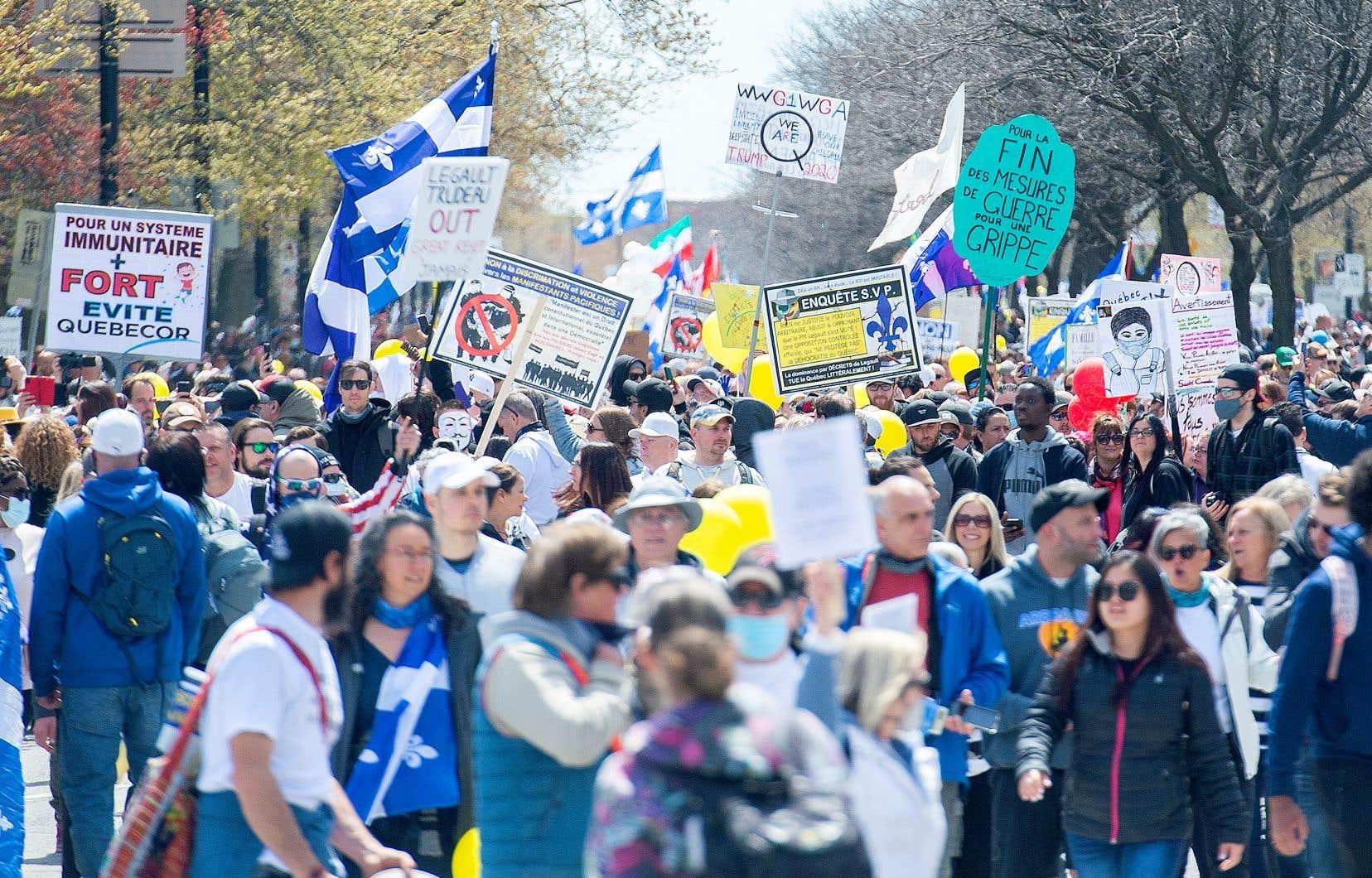 Il ne faudrait pas croire que le Québec et le Canada sont épargnés par cette polarisation sur les réseaux sociaux, accrue depuis le passage de Donald Trump à la Maison-Blanche, estime le professeur de journalisme à l'UQAM Patrick White. Sur la photo, des citoyens lors d'une manifestation, samedi, à Montréal, contre les mesures sanitaires imposées par Québec.