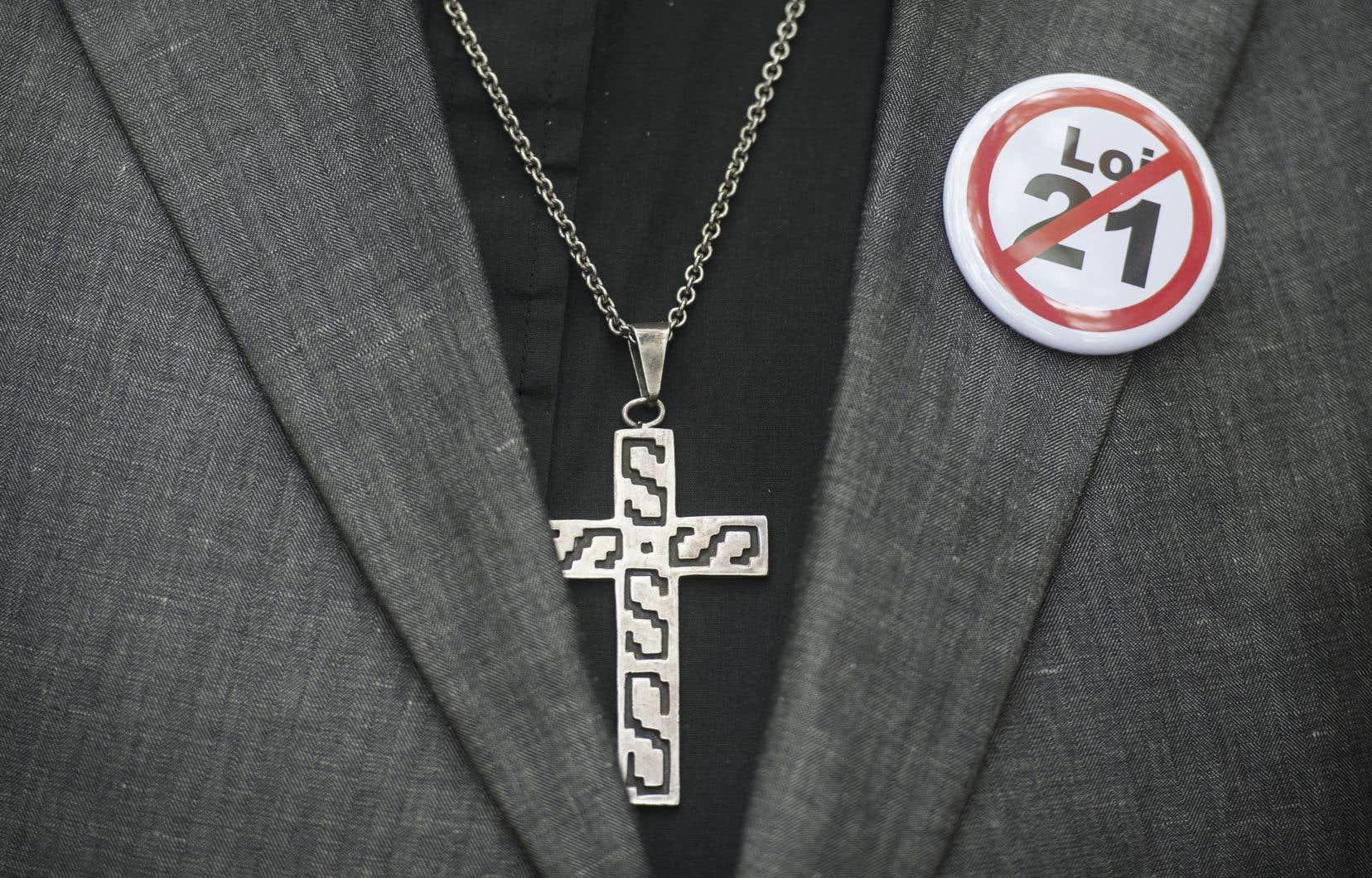 La Loi sur la laïcité a été adoptée en juin 2019 et interdit aux travailleurs du secteur public réputés occuper des postes d'autorité de porter des signes religieux.