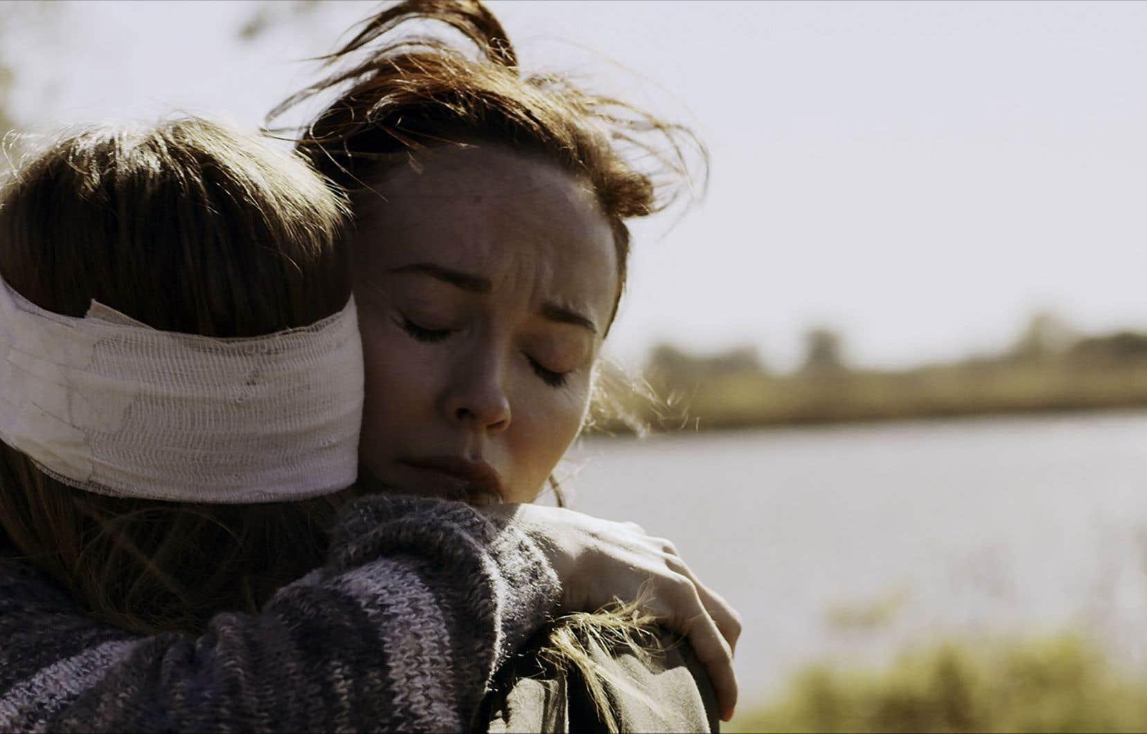 Ali Skovbye (Jeanne Séraphin) et Élyse Lévesque (Danielle Séraphin) dans «La trahison de la providence divine»