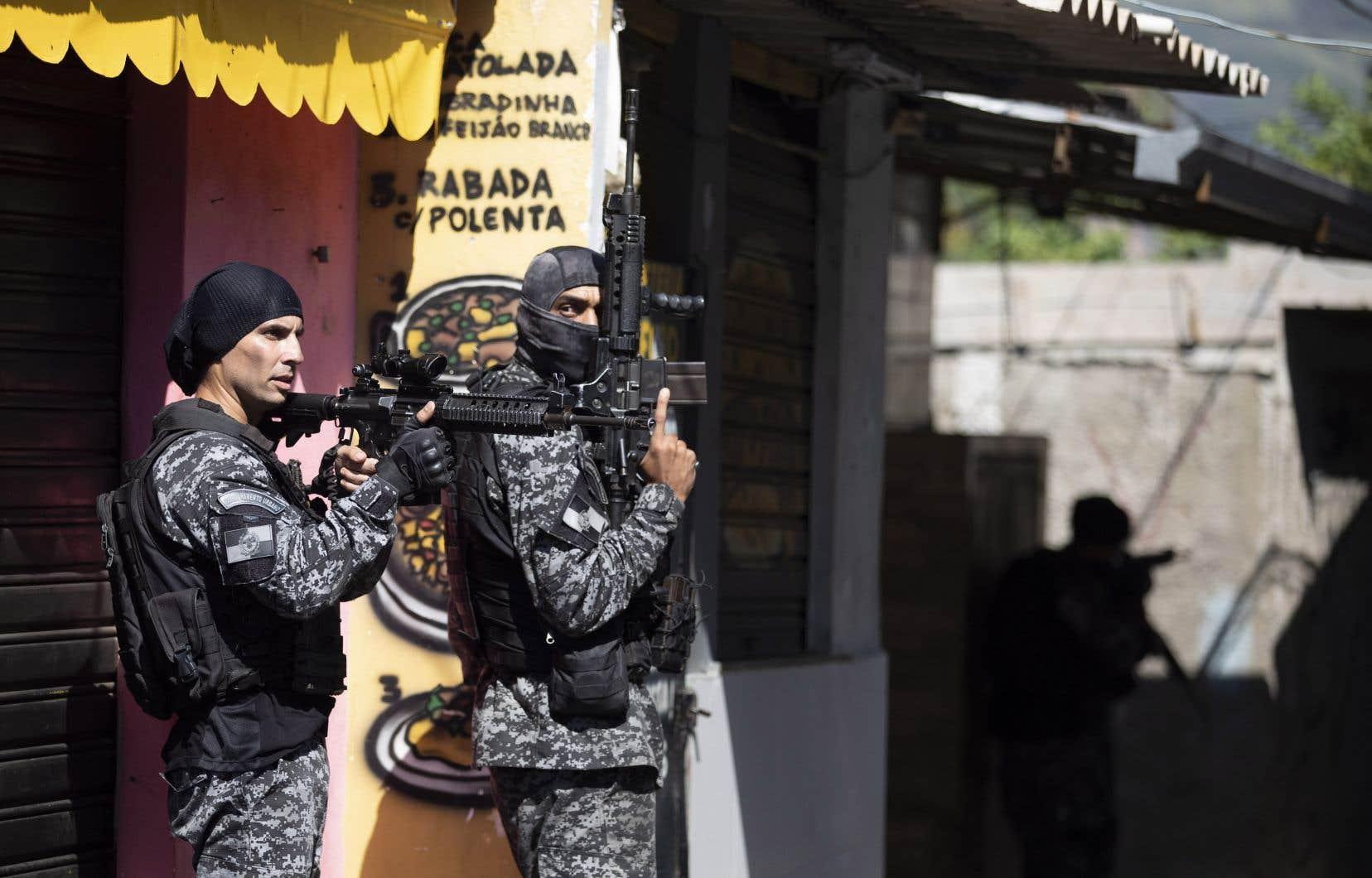 L'opération s'est déroulée en dépit d'un arrêt de la Cour suprême interdisant à la police de mener des raids dans les favelas appauvries du Brésil pendant la pandémie de coronavirus, sauf dans des «circonstances absolument exceptionnelles».