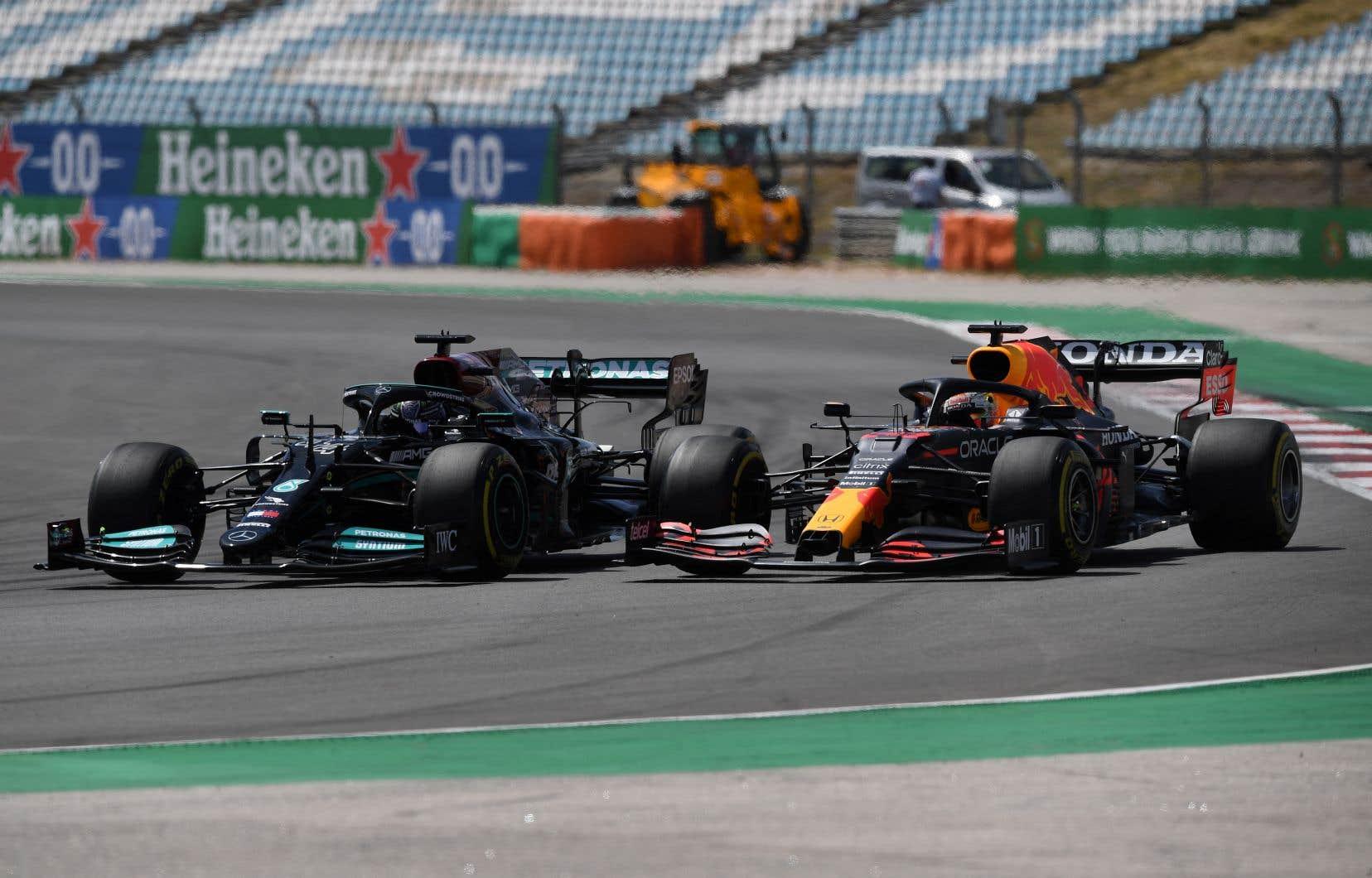 Les Mercedes ont monopolisé la première ligne, mais la Red Bull de Max Verstappen aurait été en pole position si son temps chronométré n'avait pas été annulé pour dépassement des limites de la piste.
