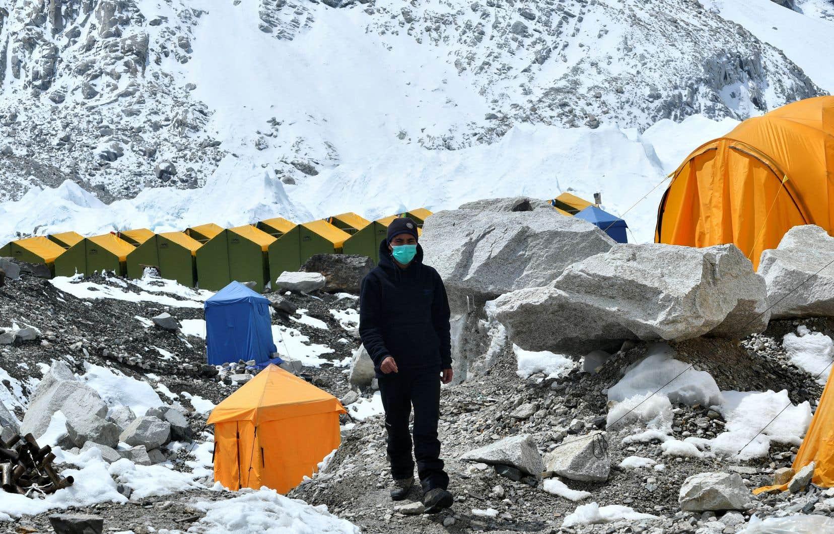 La pandémie a durement frappé le secteur du tourisme dans le pays en 2020 et, cette année, le virus sévit jusque sur l'Everest, où la saison d'alpinisme --qui s'annonçait bien avec un record de plus de 400 permis d'ascension délivrés moyennant 11000dollars pièce-- est menacée.