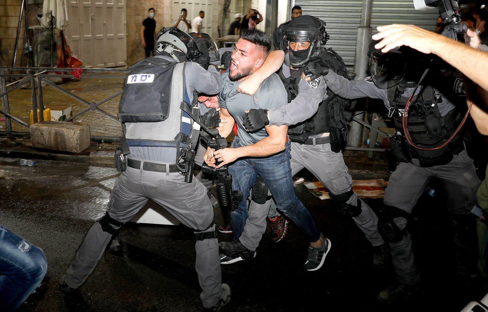 D'après le Croissant-Rouge palestinien, sept Palestiniens ont été blessés dans les affrontements avec les forces de l'ordre dimanche soir, dont quatre ont été hospitalisés.