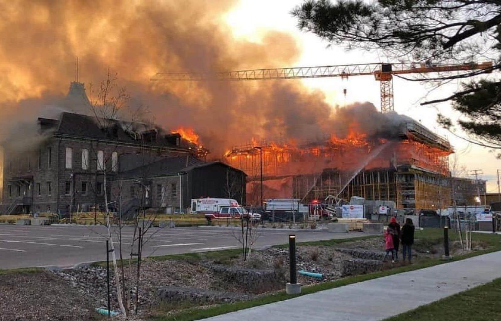 Les flammes ont causé beaucoup plus de dommages dans l'ancienne partie du bâtiment, alors que ce sont principalement les échafaudages qui ont brûlé dans la partie en construction.
