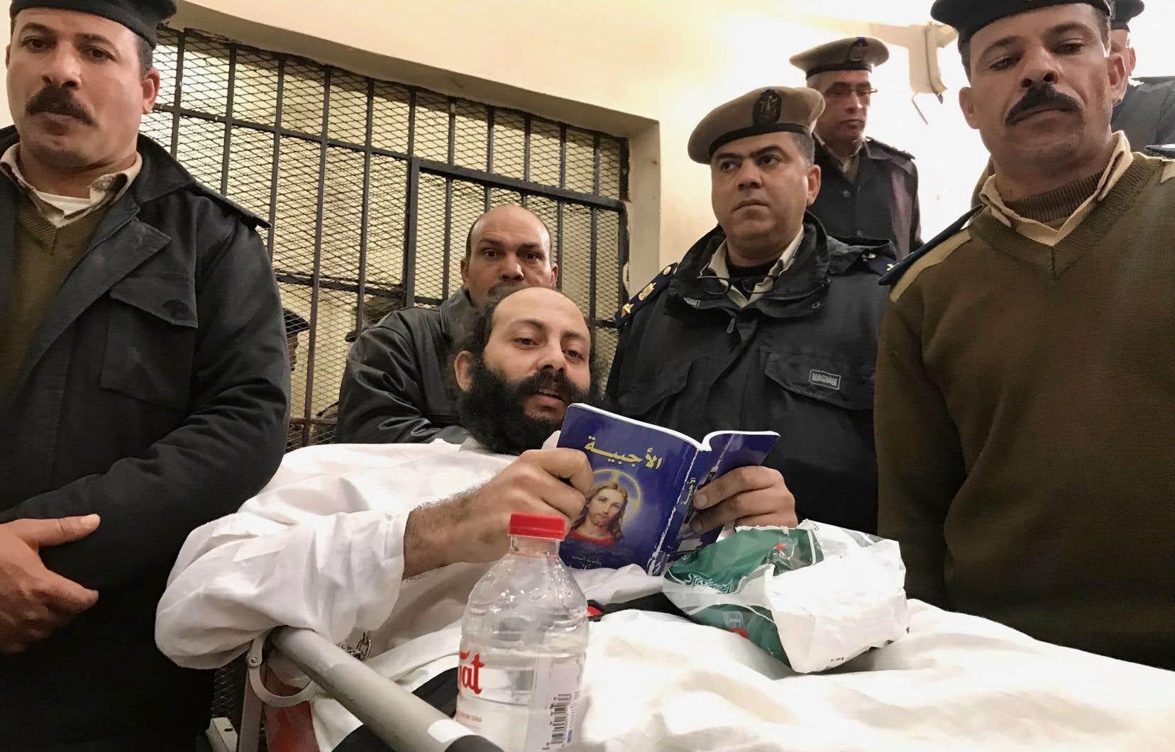 Le 23 février 2019, le moine égyptien Philotheos al-Makari se trouve sur une civière lors de son procès au palais de justice de la ville de Damanhur en Égypte.