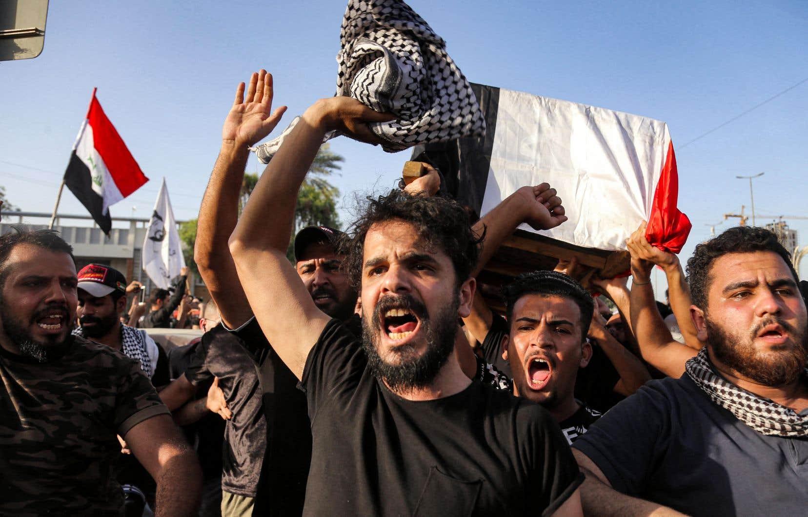 Des Irakiens ont transporté le corps d'Ehab al-Ouazni dans la rue en dénonçant l'inaction du gouvernement, la corruption et la désorganisation de l'État.