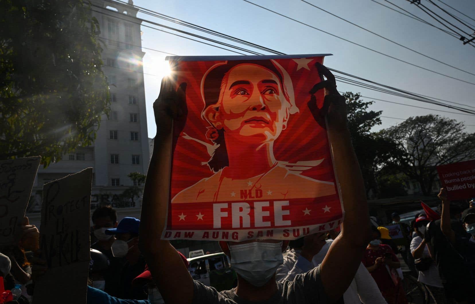 Aung San Suu Kyi appelée à comparaître