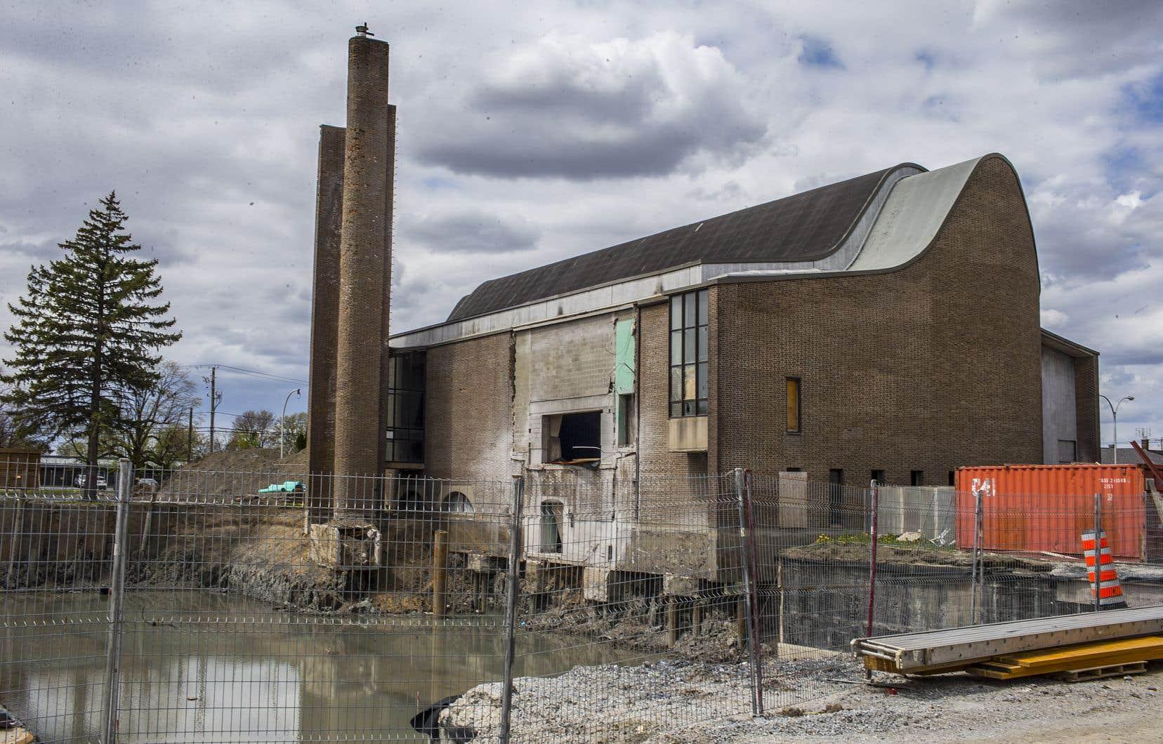 La démolition du presbytère, adjacent à l'église, a fait place à un petit lac rempli d'eau. Lors du passage du «Devoir» vendredi, le site était désert et le mur dénudé de l'église laissait voir une ouverture non protégée des intempéries.