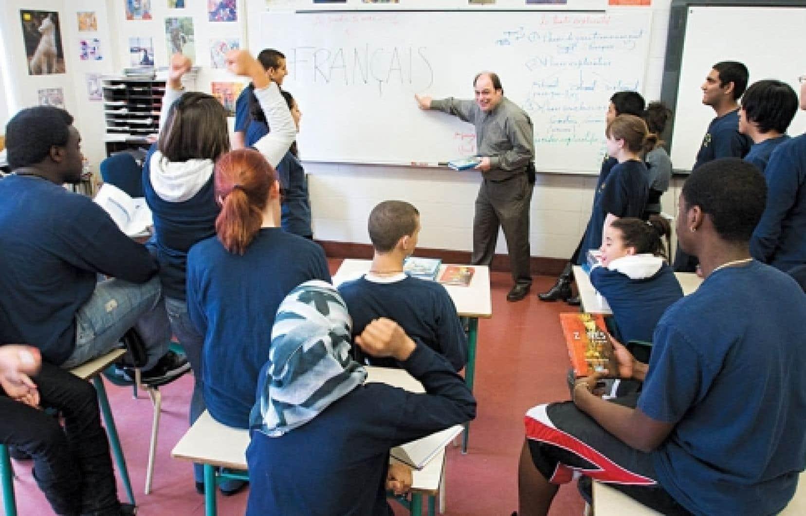 Quelques heures avant l'examen, des élèves de l'École secondaire Pierre-Dupuy, à Montréal, préparaient hier en compagnie de leur professeur l'épreuve unique en français. <br />