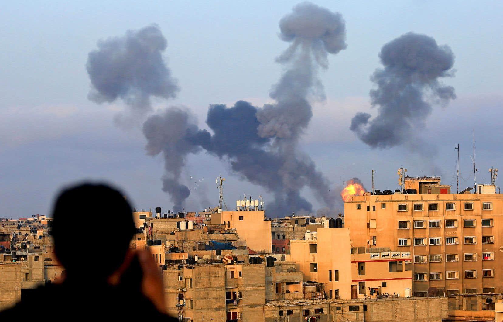 Mardi soir, un immeuble d'une douzaine d'étages dans le centre-ville de Gaza, dans lequel des ténors du Hamas avaient leurs bureaux, a été complètement détruit dans une frappe israélienne, a constaté un journaliste de l'AFP.