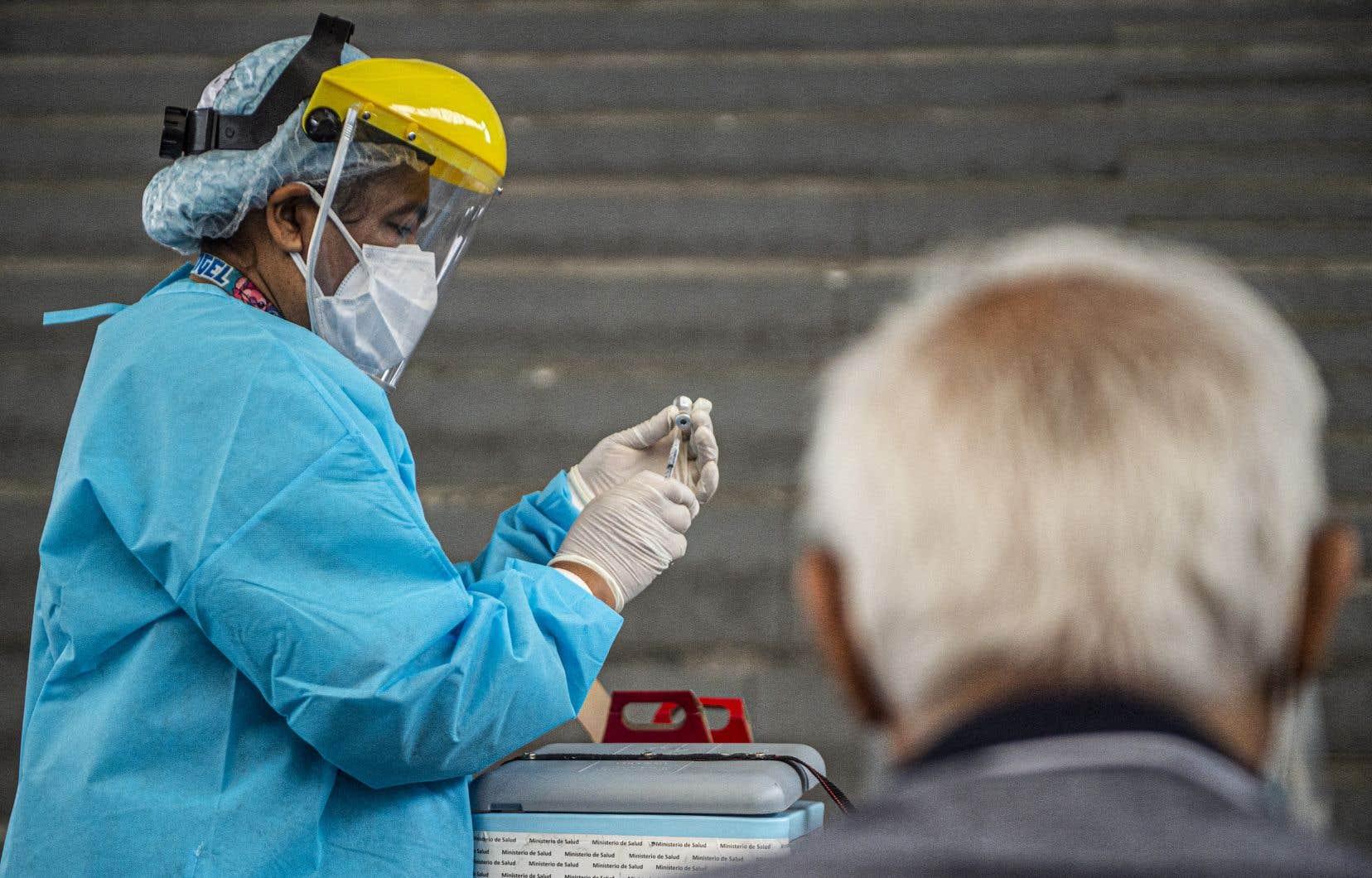 Le Pérou, qui compte 33millions d'habitants, a enregistré quelque 1,8million cas de coronavirus et plus de 64000 décès jusqu'à maintenant.