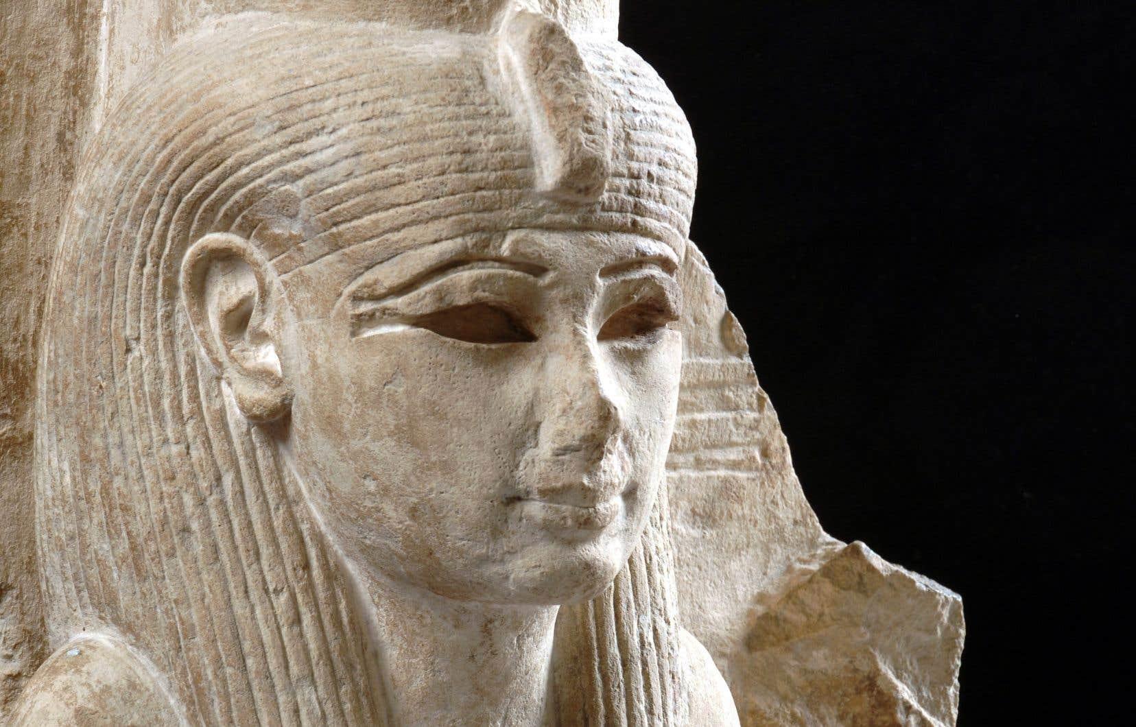 L'épouse du dieu solaire Amon-Rê, la déesse Mout, à laquelle les reines d'Égypte étaient souvent étroitement liées