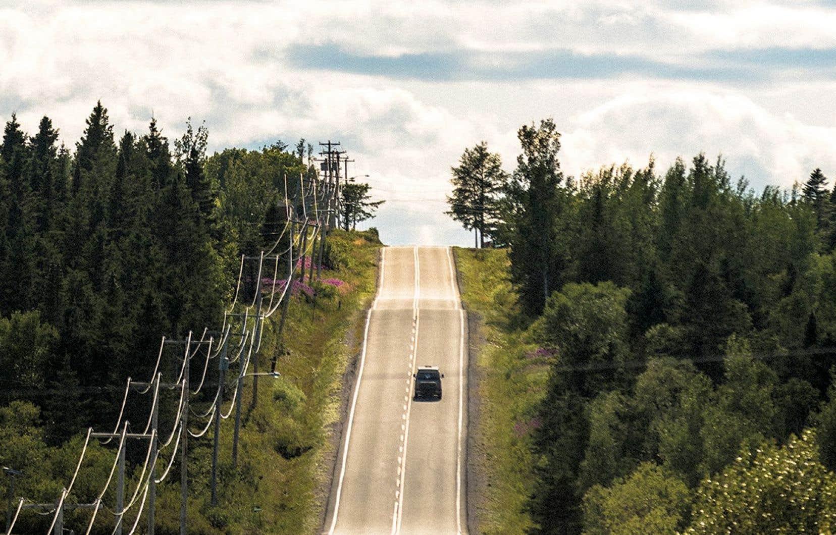 Une route vallonée de la Gaspésie, où l'on ne croise personne, à part un vieux Westfalia.