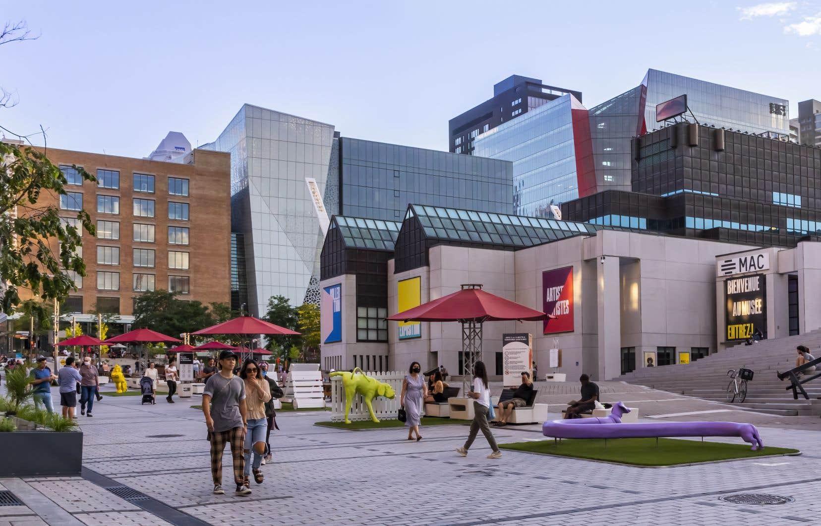 Dans le Quartier des spectacles, qui dévoilera sous peu sa programmation estivale, les Montréalais peuvent déjà profiter de certaines installations.