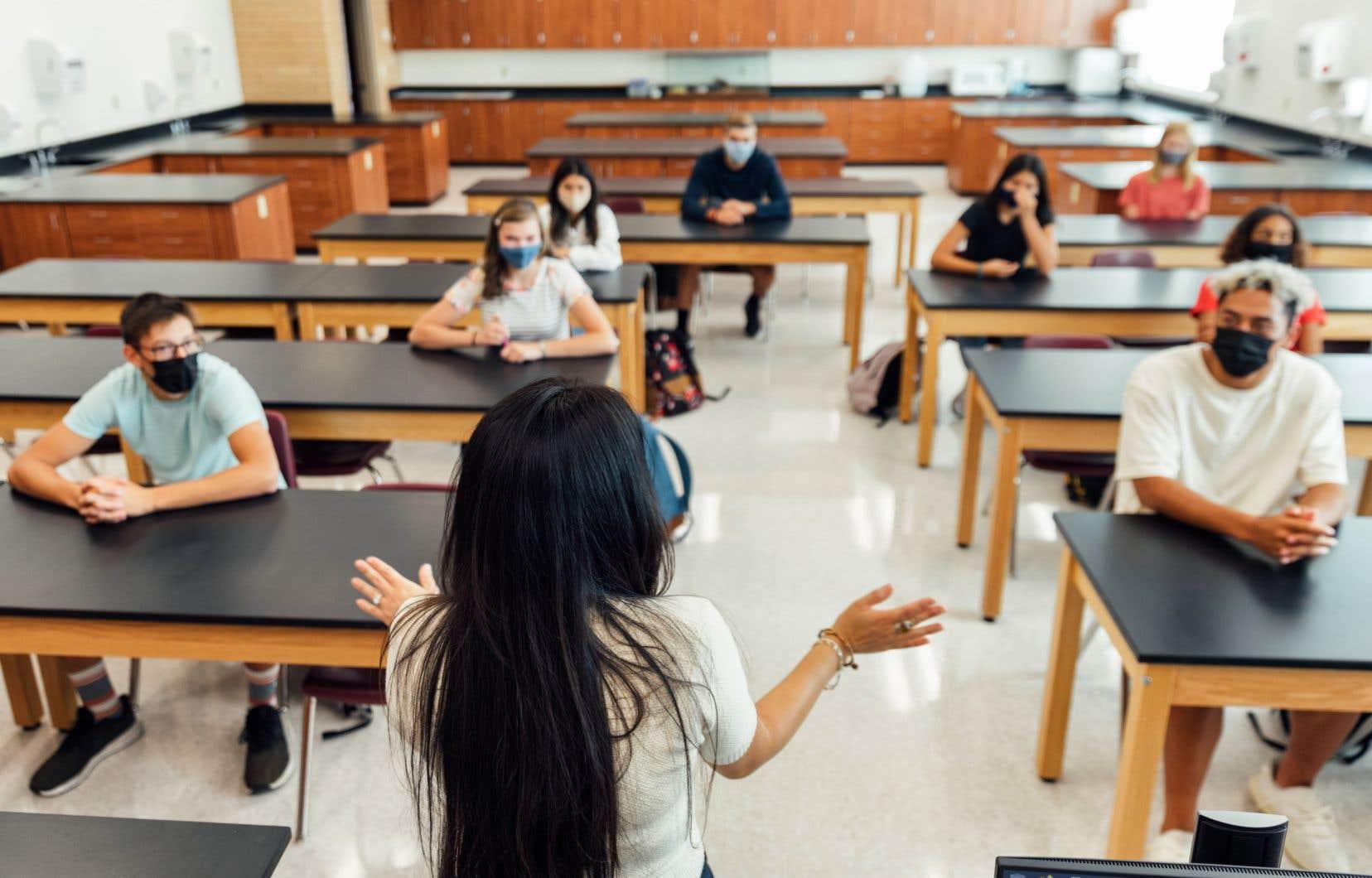 «Est-ce aux enseignants de transmettre les valeurs profondes qui ont traversé les âges jusqu'à nous?», demande l'auteur.