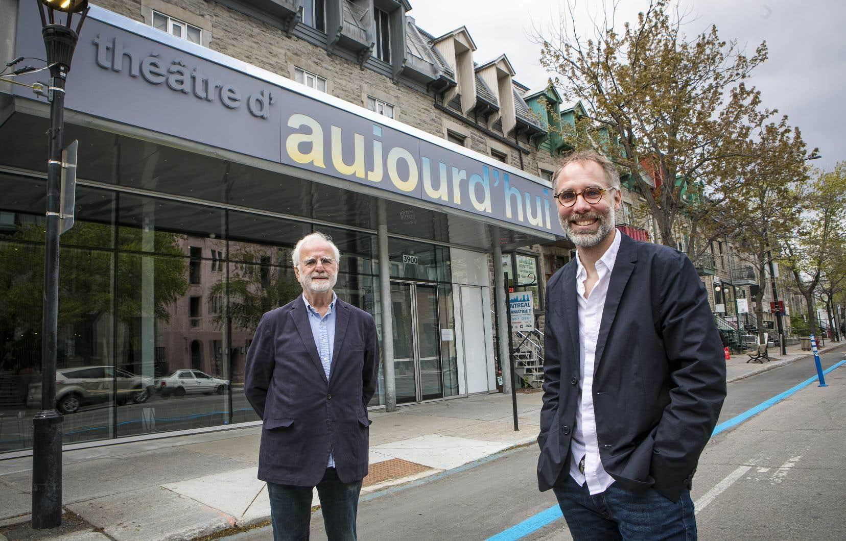 Jacques Desmarais, le conjoint de Michelle Rossignol (à gauche), et Sylvain Bélanger, le directeur artistique du CTD'A, devant le Théâtre d'Aujourd'hui.