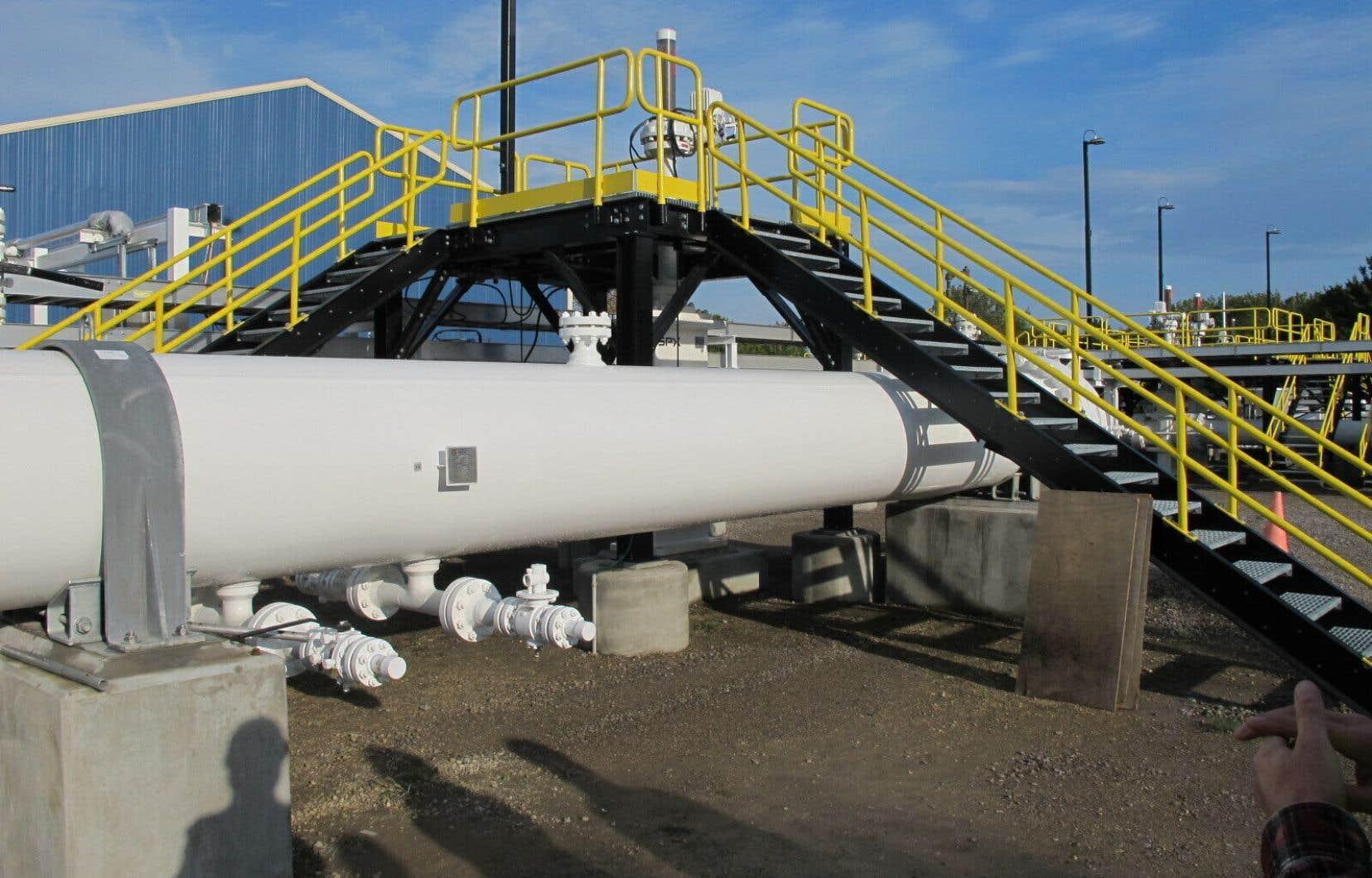 Une section aérienne de la canalisation 5 d'Enbridge à la station de pompage de Mackinaw City, au Michigan