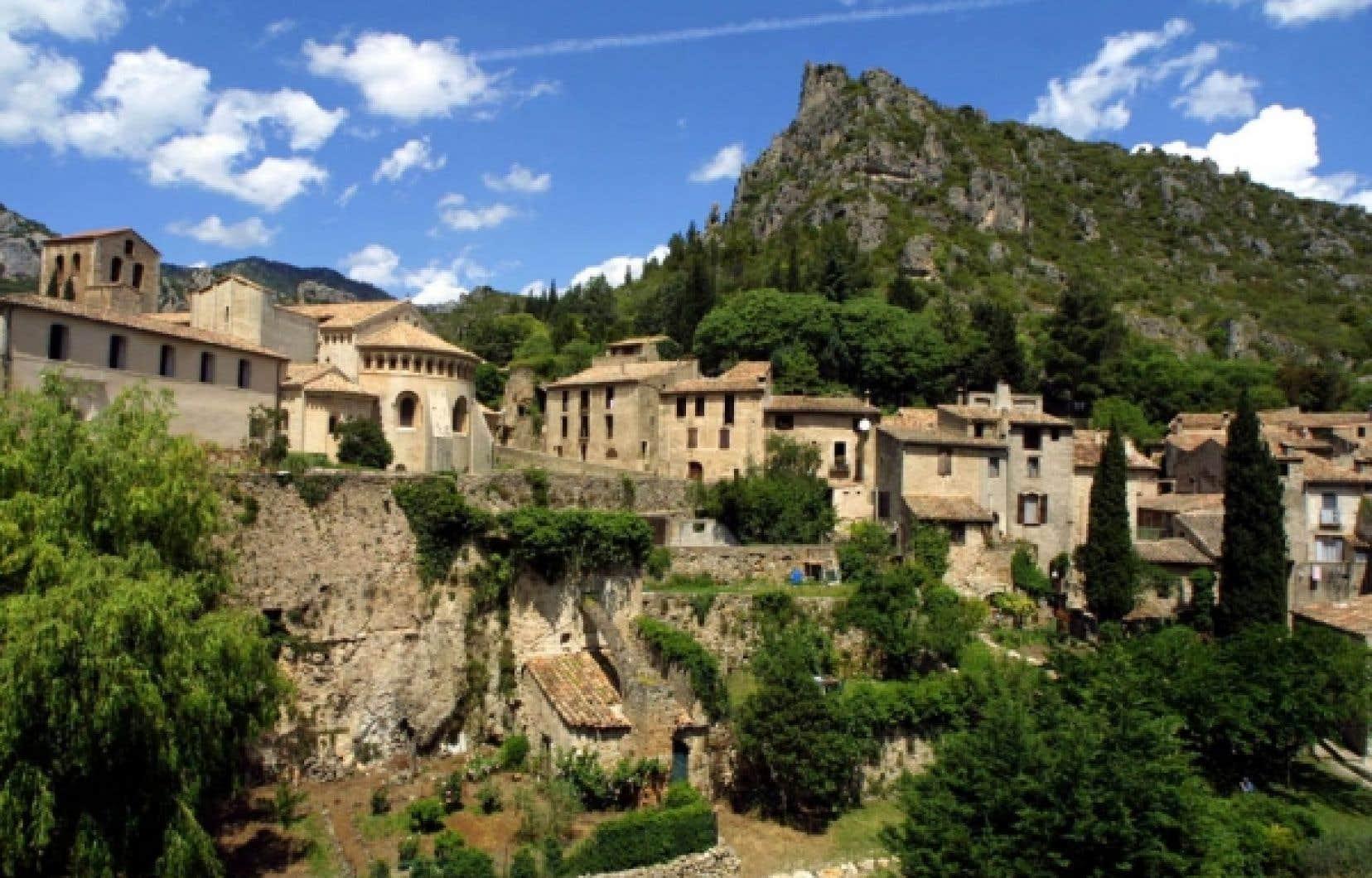 Le village de Saint-Guilhem-le-Désert, en France, est situé sur le chemin de Saint-Jacques de Compostelle. Ce sentier, le plus vieux d'Europe, est depuis récemment disponible aux pèlerins sur Internet en version 3D. <br />