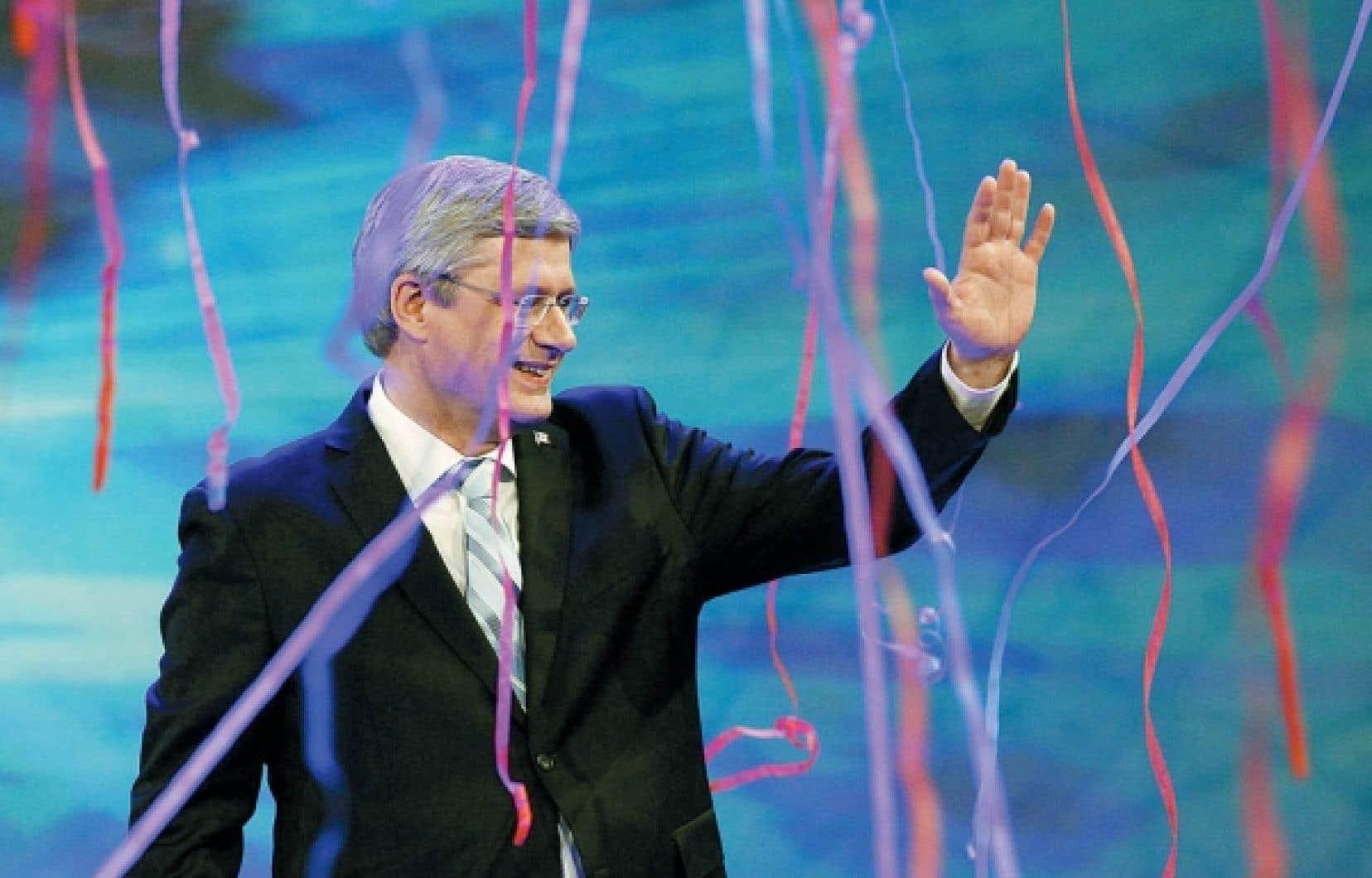 Stephen Harper salue ses partisans après sa victoire de lundi dernier.
