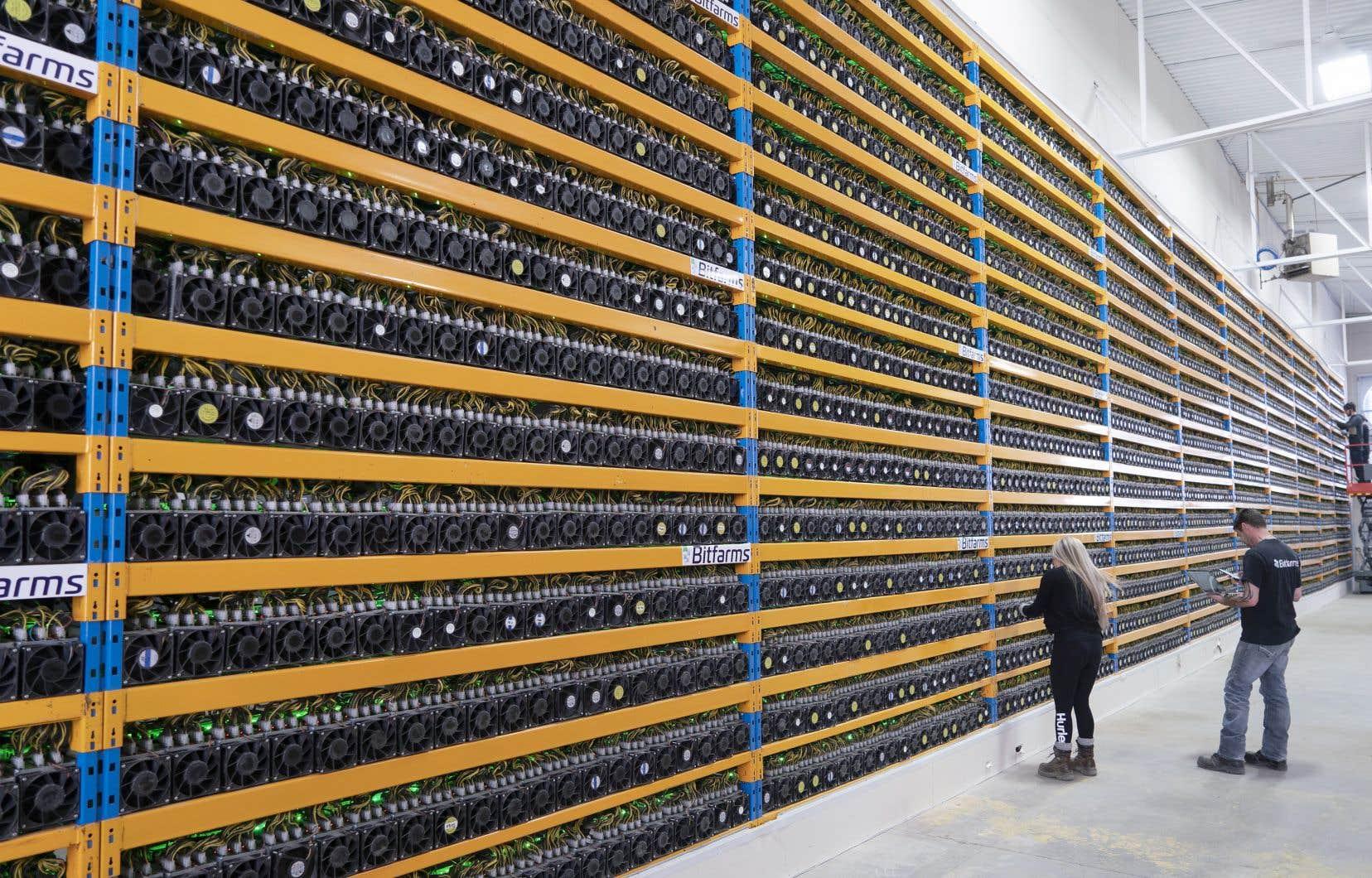 La consom- mation d'électricité estimée  du bitcoin est  en hausse quasi constante  depuis 2016  et en nette  accélération  depuis la fin 2020, sur  une base  annualisée.  Sur la photo, une ferme de minage de bitcoins à Magog.
