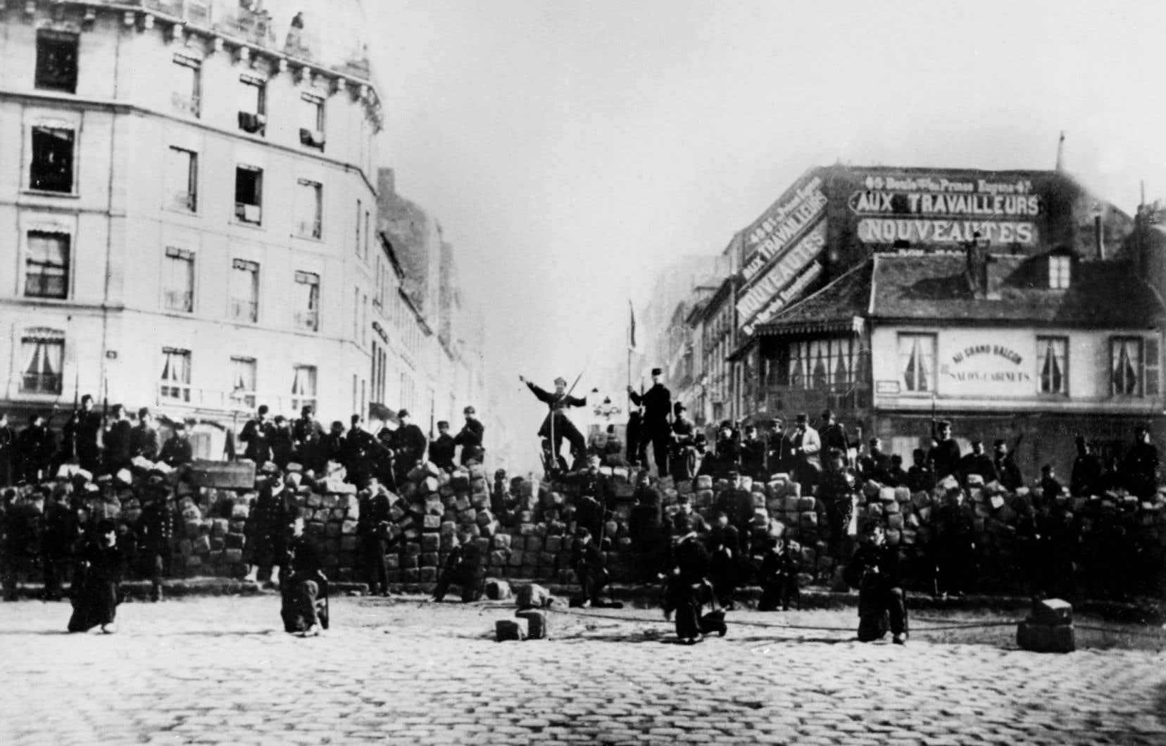 Une photo de la barricade de la Chaussée Ménilmontant, Paris, 18 mars 1871