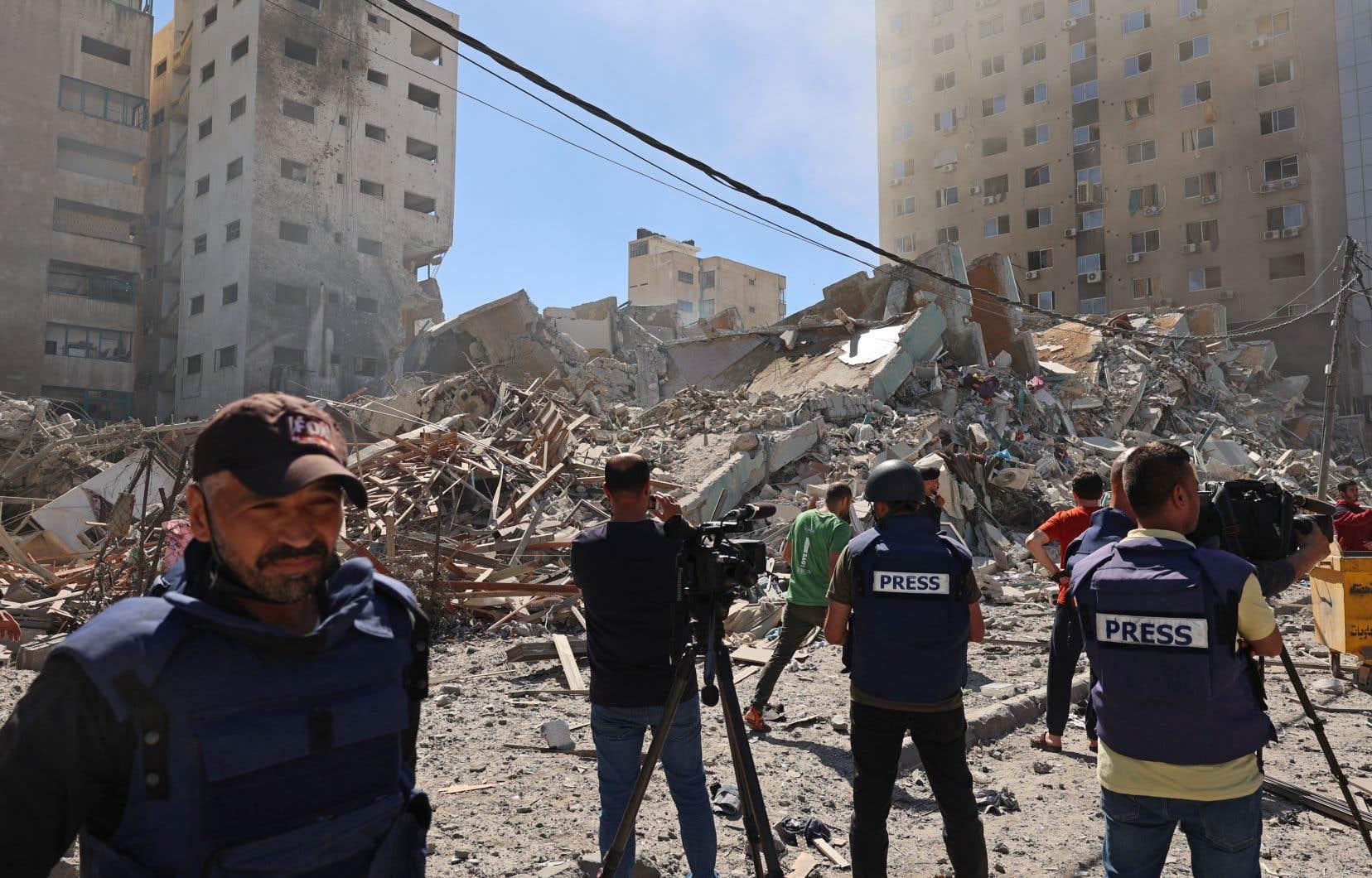 Samedi, peu après l'appel les sommant d'évacuer, des journalistes de Gaza se massent à l'extérieur de la tour Jala afin de filmer la scène, à distance pour se protéger. Et puis boum! L'immeuble n'est plus. Et ce n'est pas le premier.