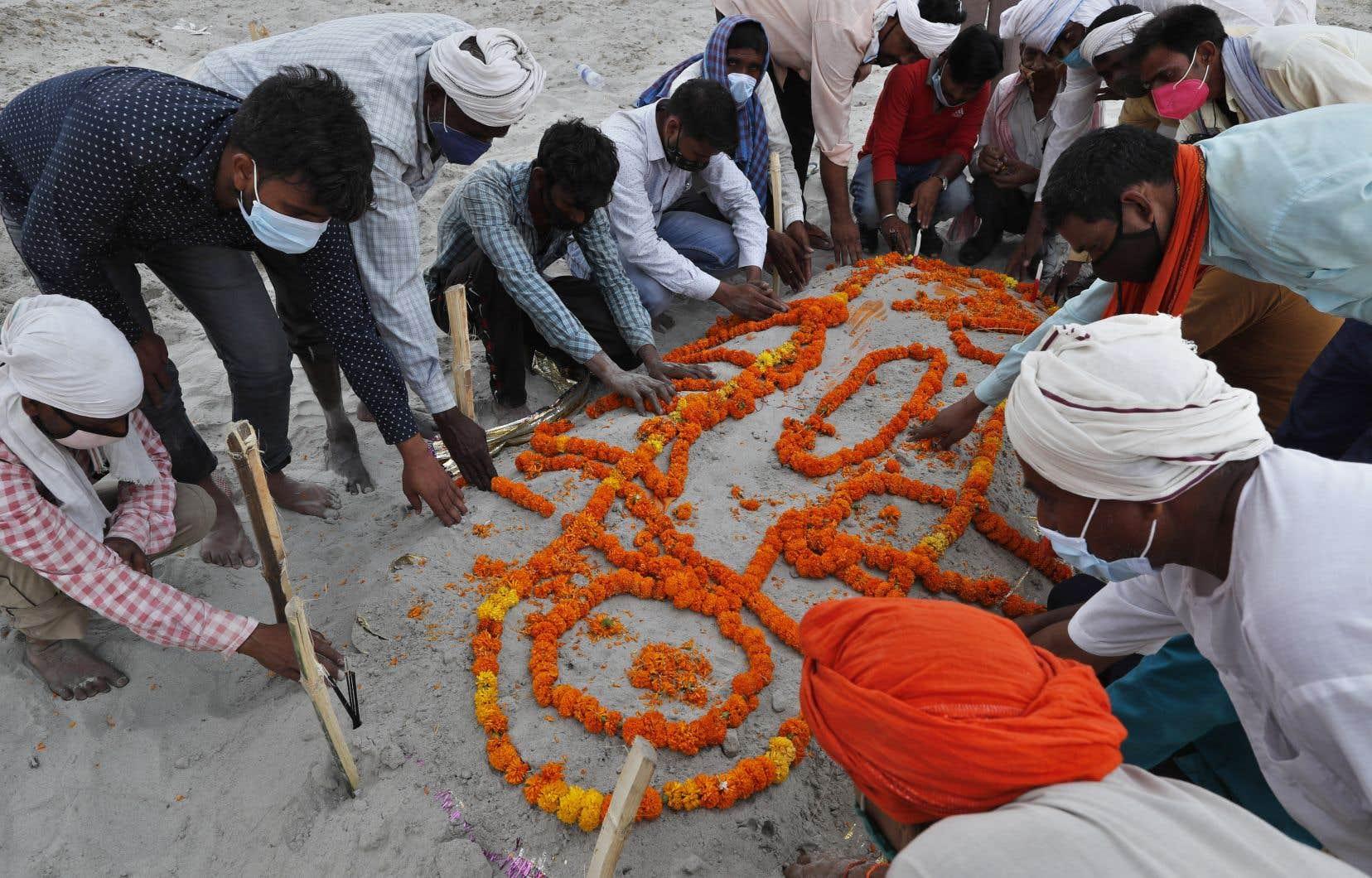 Vendredi, la pluie a dévoilé des corps enterrés dans des tombes peu profondes le long des berges de la ville de Prayagraj, située dans l'État d'Uttar Pradesh.