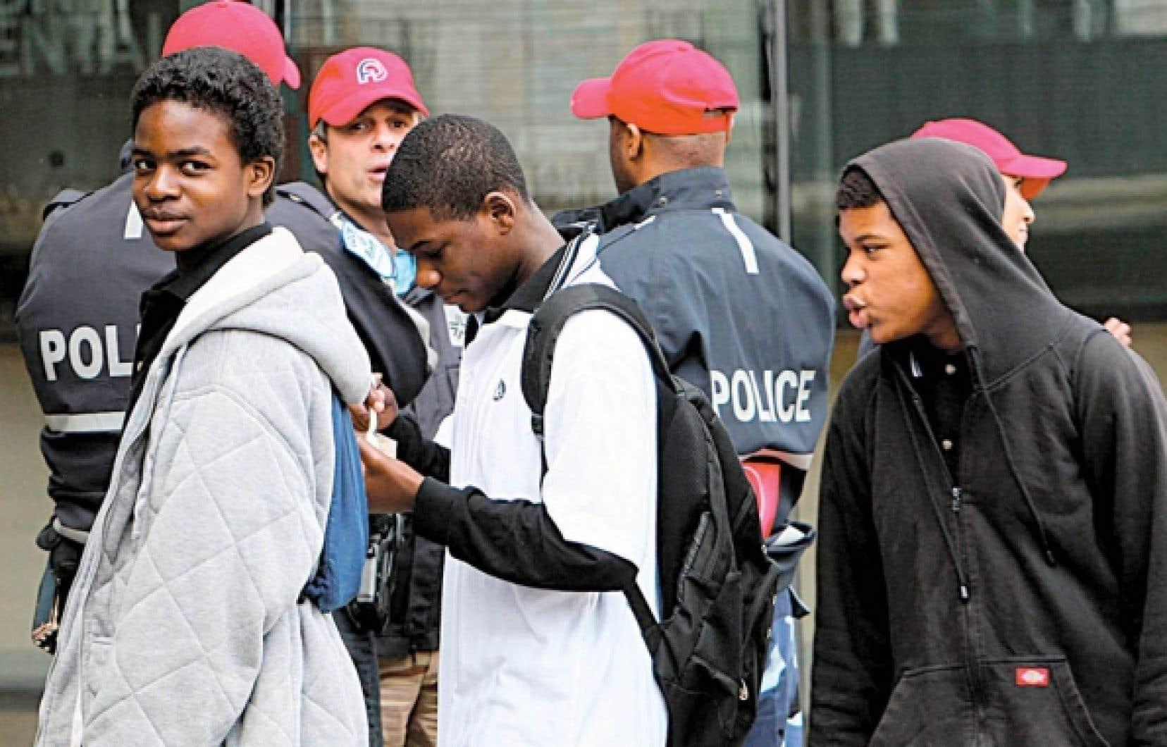 Dans la rue, les jeunes issus de minorit&eacute;s sont la cible d&rsquo;une surveillance accrue de la police.<br />