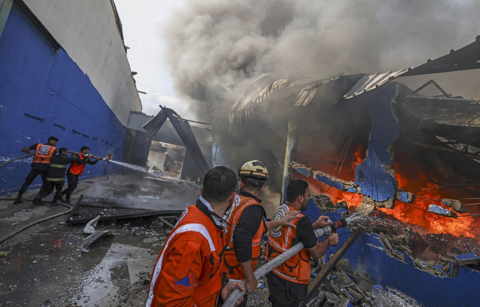 À Gaza, secours et habitants tentaient lundi de déblayer les gravats et d'éteindre les incendies en cours, dont celui d'une usine de matelas en mousse.