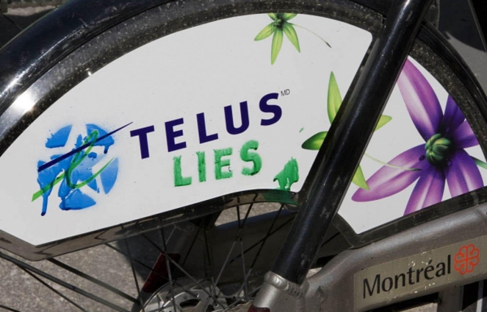 Une publicité vandalisée orne la roue arrière d'un vélo Bixi.<br />