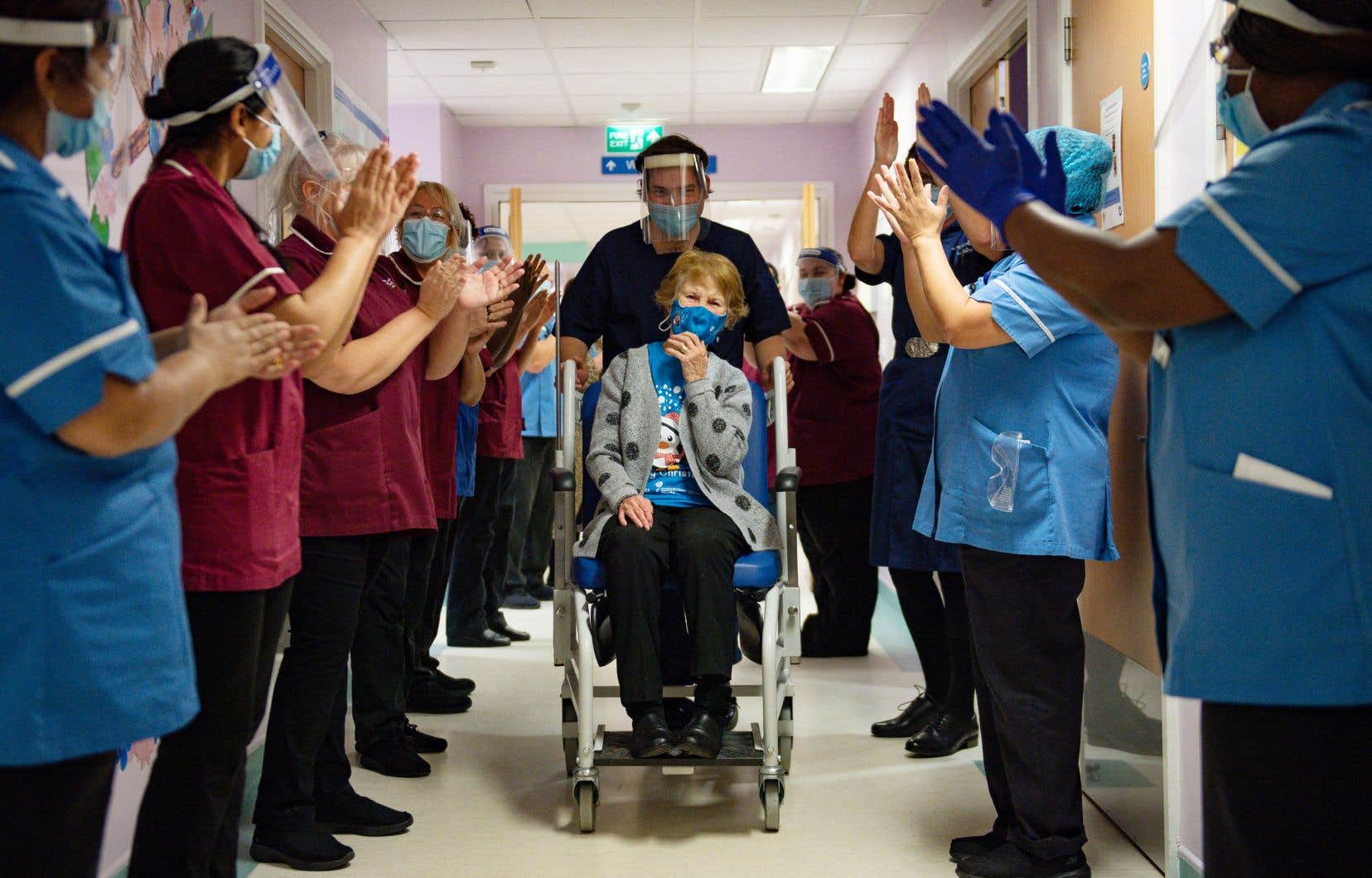 Margaret Keenan, une Britannique de 90 ans, est devenue le 8 décembre 2020 la première personne dans le monde à recevoir le vaccin de Pfizer dans le cadre d'une campagne de vaccination non expérimentale. Depuis lors, l'intervalle entre les deux doses a fait l'objet de débats.