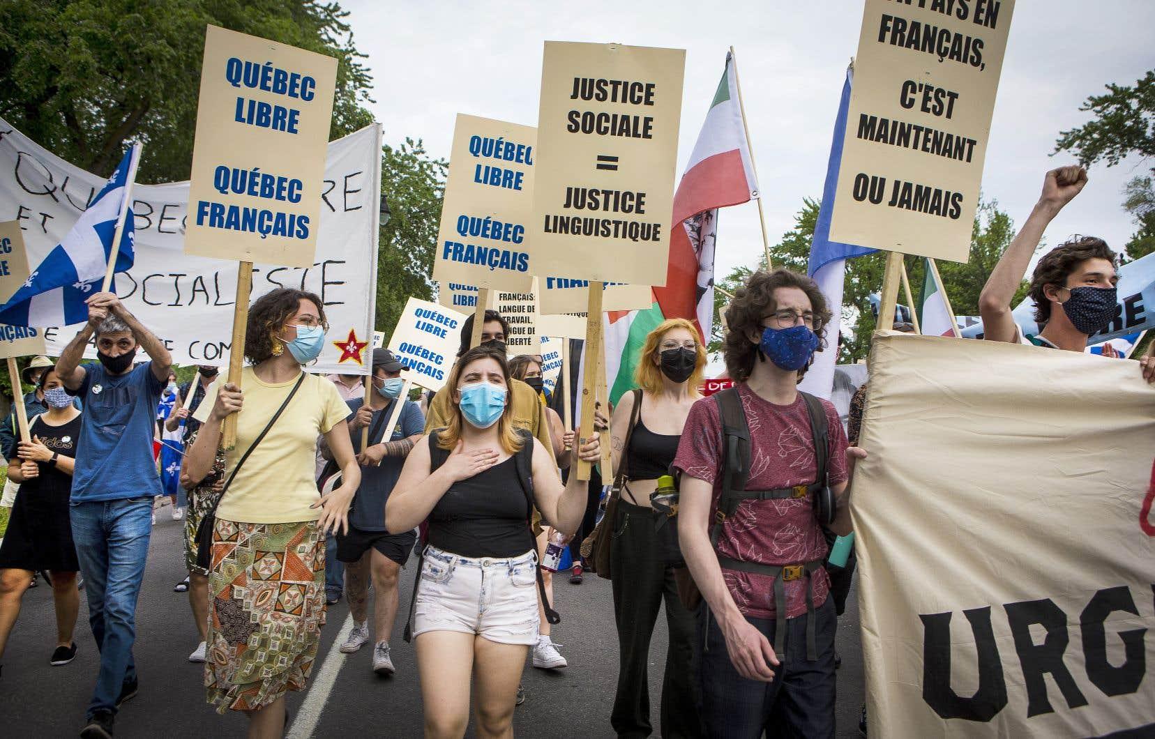 Plus d'une centaine de personnes ont manifesté vendredi soir à Montréal pour dénoncer le projet de loi 96 du gouvernement Legault, qu'ils jugent insuffisant.