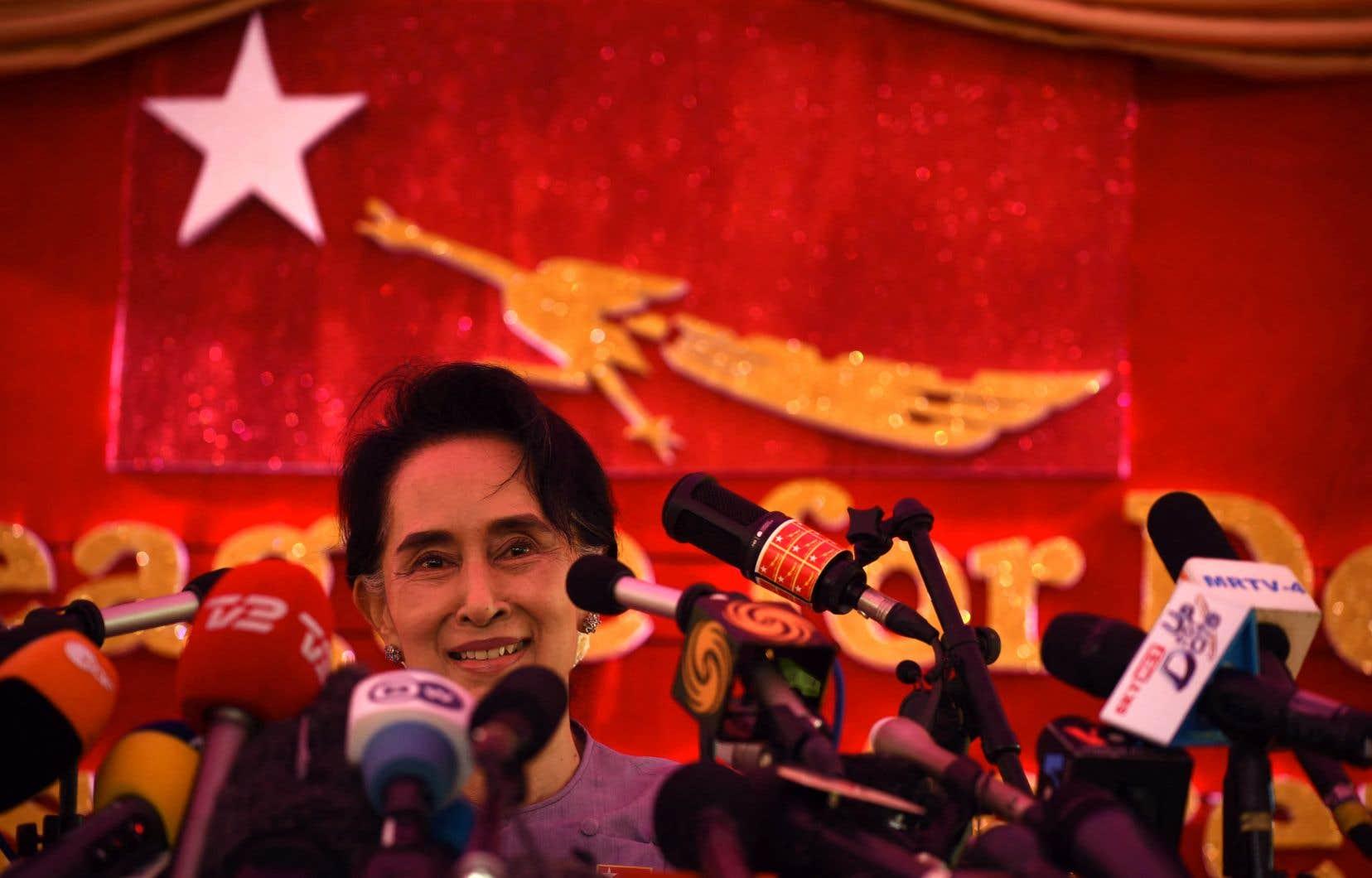 Aung San Suu Kyiest poursuivie pour non-respect des restrictions liées à la pandémie, importation illégale de talkies-walkies, incitation aux troubles publics et violation d'une loi sur les secrets d'État datant de l'époque coloniale.