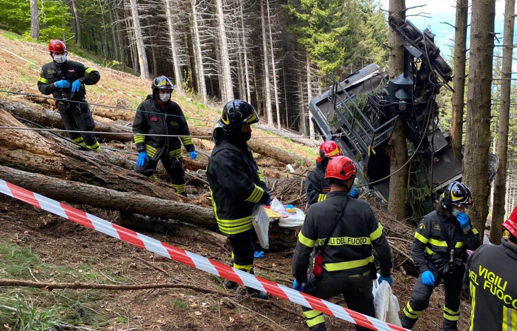 La cabine est tombée dans une zone boisée dont la forte inclinaison rend l'accès difficile.