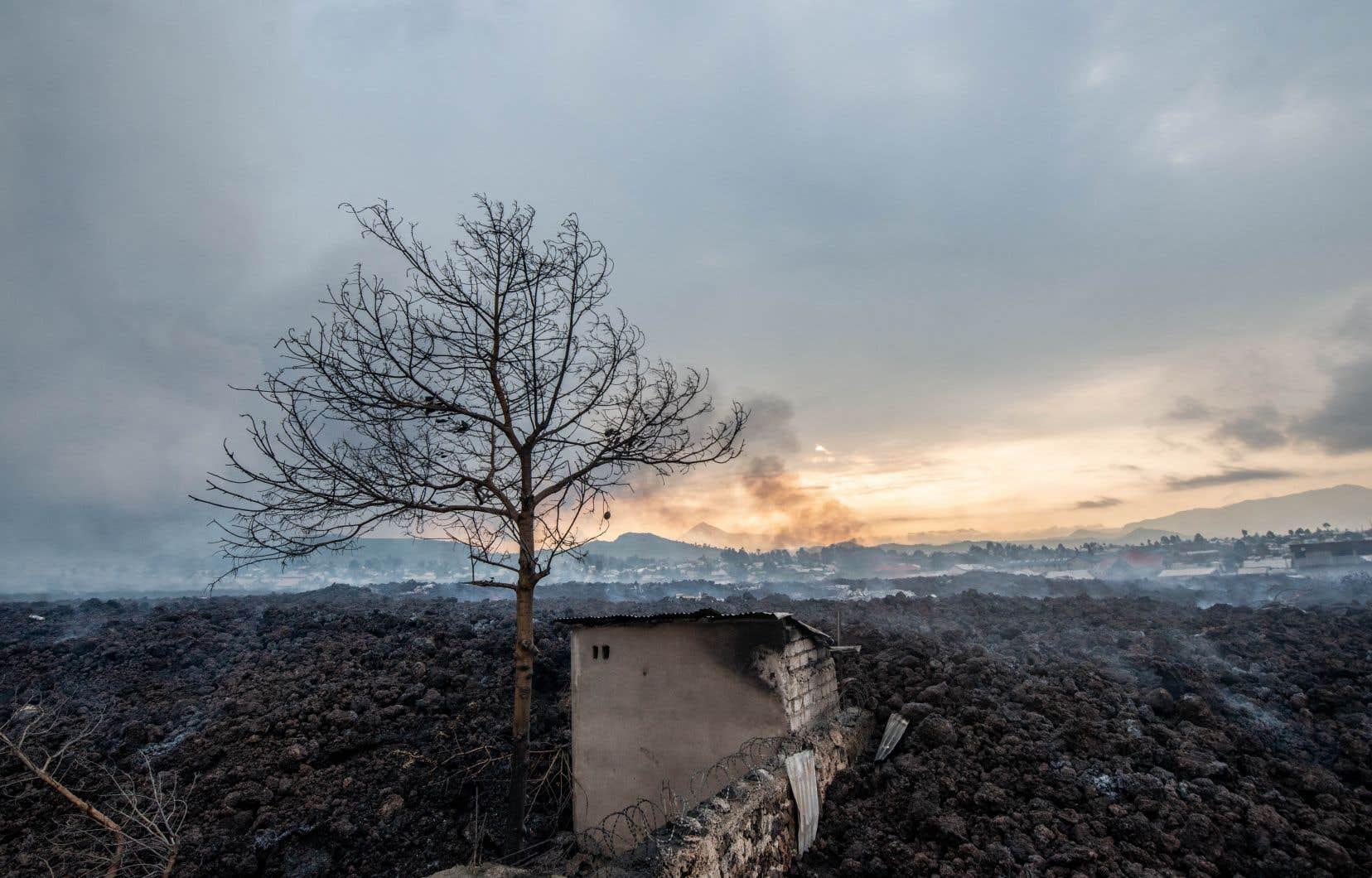 Le bilan humain de l'éruption soudaine de samedi soir s'élève à 32 morts, selon les autorités locales, tandis qu'une première évaluation des organisations humanitaires internationales fait état de 900 à 2500 habitations détruites par les coulées.