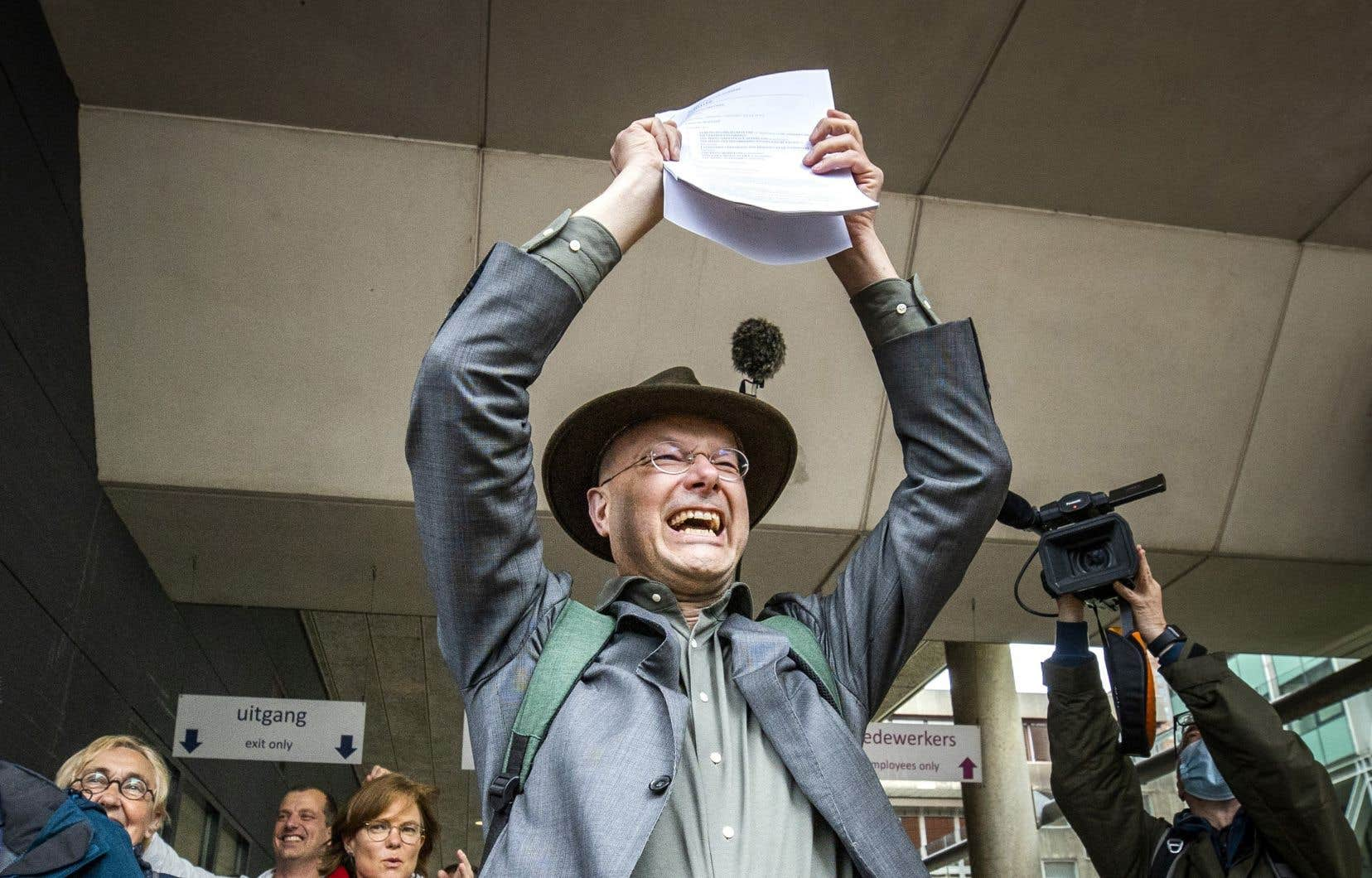 Le directeur de l'organisme environnemental Milieudefensie, Donald Pols, jubile à la suite de la décision d'un tribunal dans l'affaire baptisée «Le peuple contre Shell».