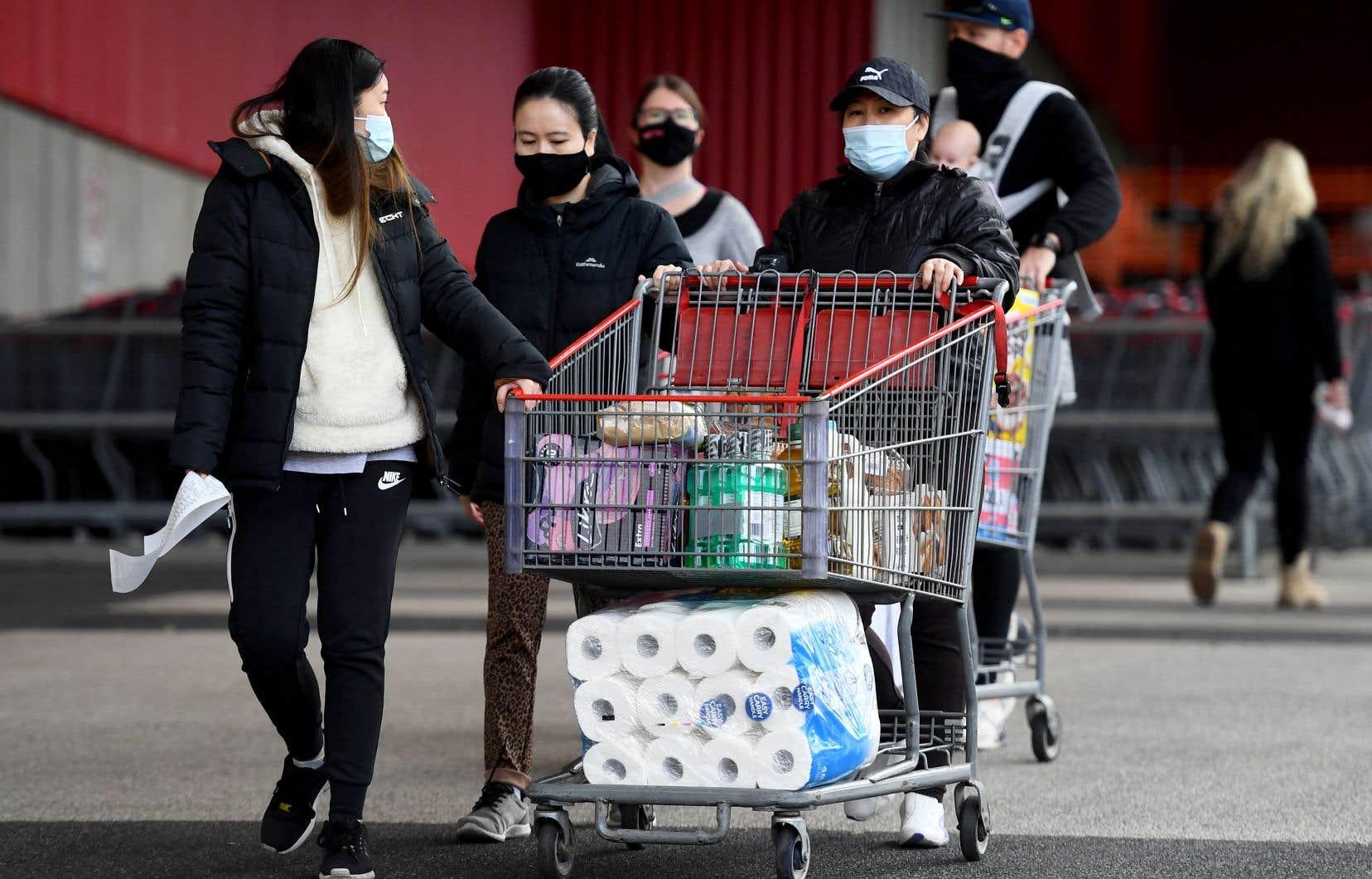 Des résidents de Melbourne ont fait des provisions alors que la ville a été ordonnée de se confiner pour une durée d'une semaine.