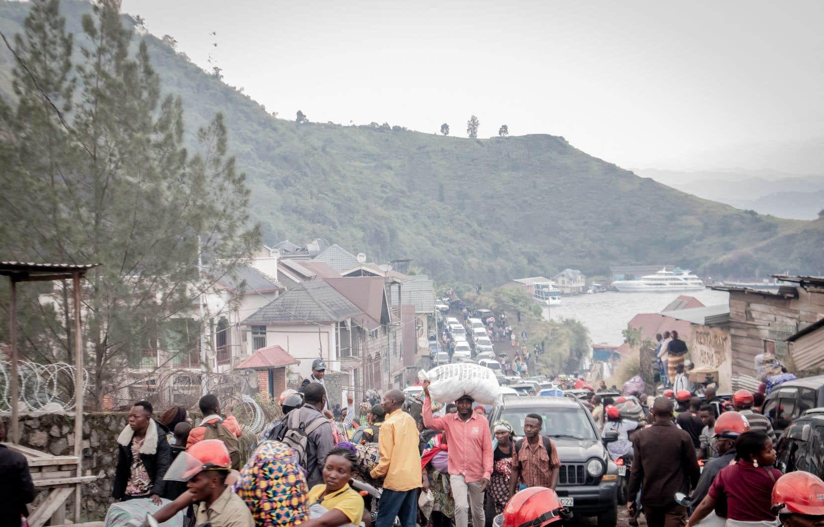 «C'est la peur, c'est la panique, tout le monde fuit», a déclaré un habitant peu après l'annonce de l'évacuation de dix quartiers de Goma, qui a provoqué la fuite immédiate de dizaines de milliers de personnes vers la localité de Sake, à l'ouest, et la frontière rwandaise toute proche.