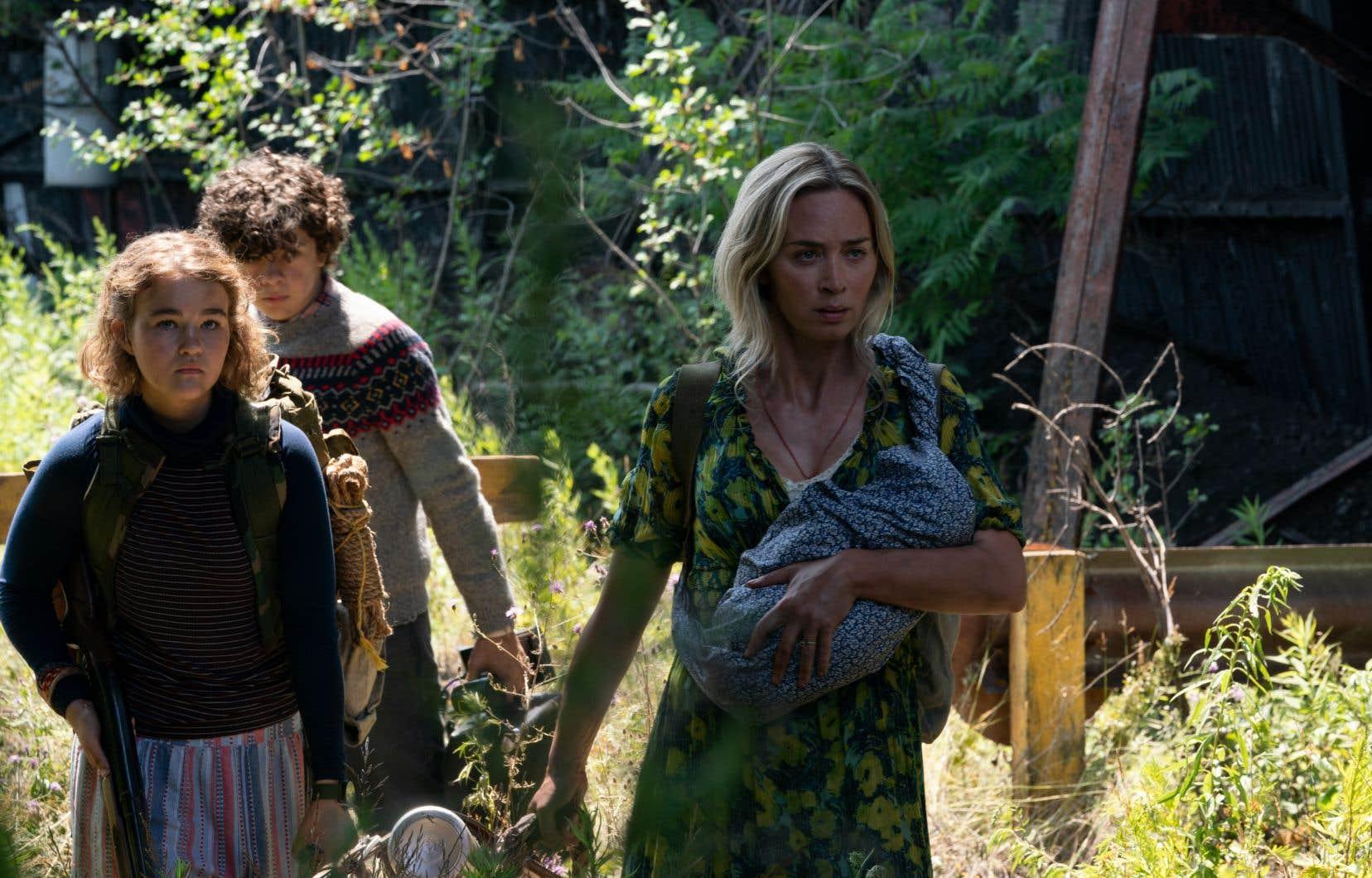 «A Quiet Place II» reprend là où le précédent opus a laissé. Désormais seule avec ses trois enfants, Megan, Marcus et ce nourrisson qui peut se mettre à pleurer à tout moment, Evelyn (Emily Blunt) doit quitter la ferme dévastée.