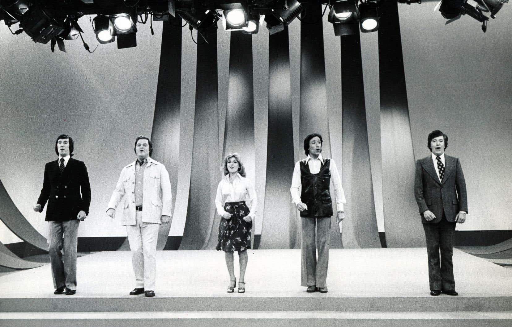 Une scène de l'émission «Les beaux dimanches» avec les comédiens André Dubois, Claude Michaud, Dominique Michel, Benoît Marleau et Paul Berval, durant la saison 1974-1975