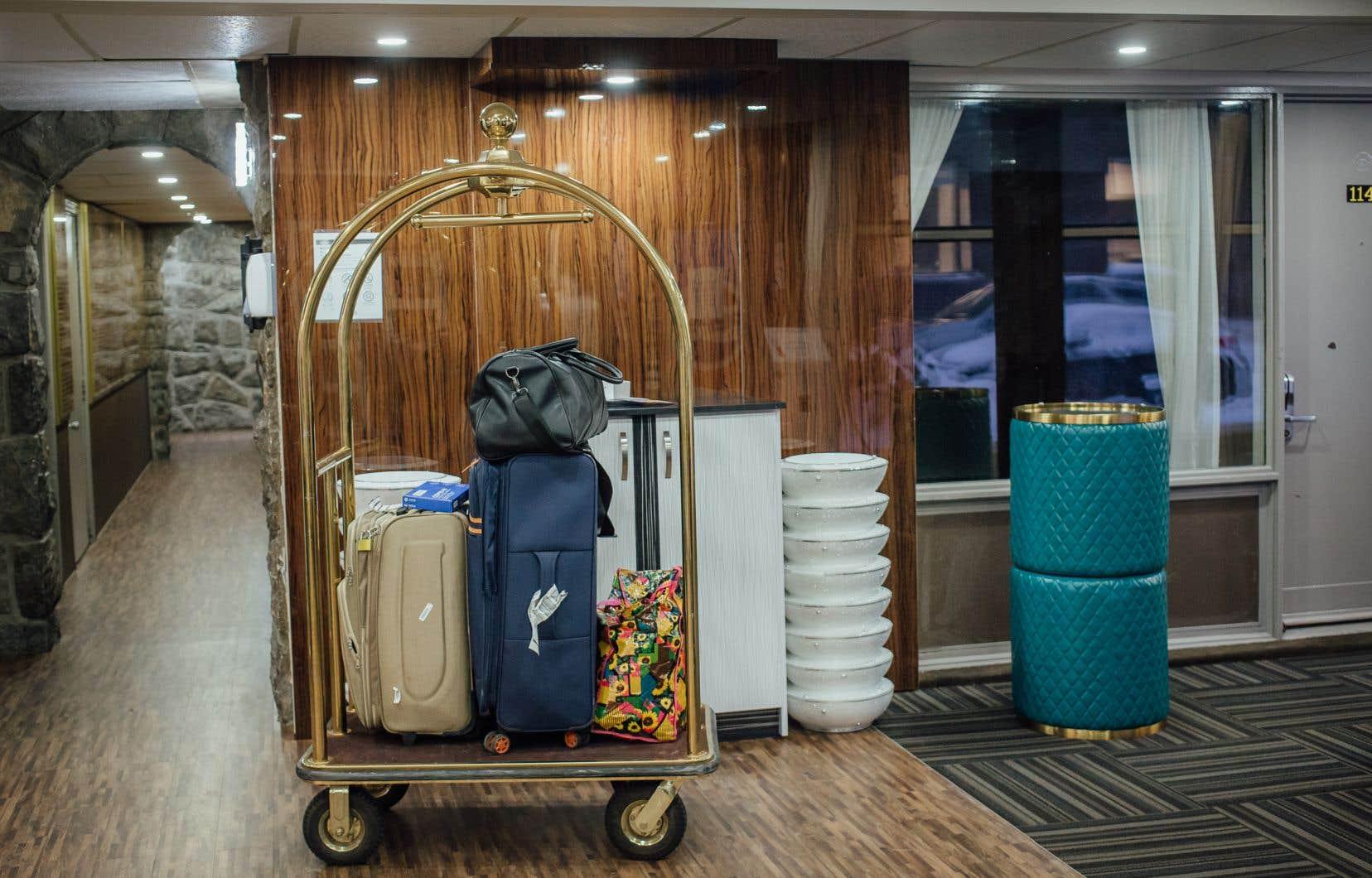 Actuellement, les voyageurs aériens sont obligés dese mettre en quarantaine jusqu'à trois jours dans un hôtelautorisé par le gouvernement.