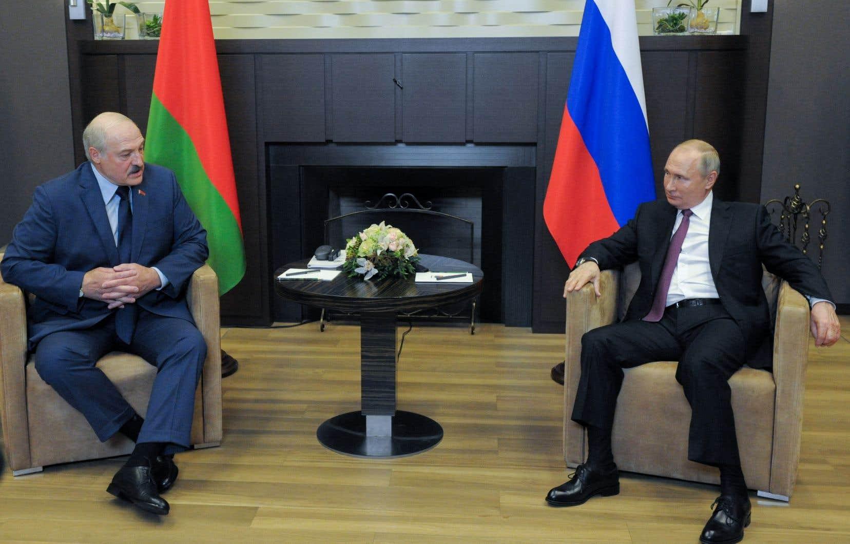 Le président russe Vladimir Poutine a reçu son homologue biélorusse Alexandre Loukachenko vendredi à Sotchi.
